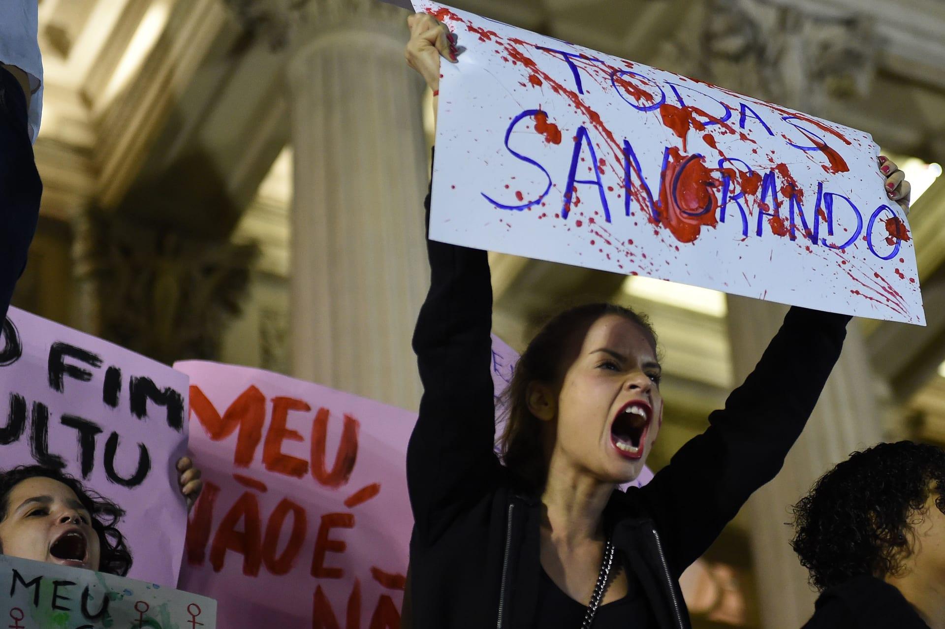 البرازيل: اغتصاب جماعي لمراهقة يسبب ضجة.. والمغتصبون ينشرون فيديو يفضحها عارية وغائبة عن الوعي