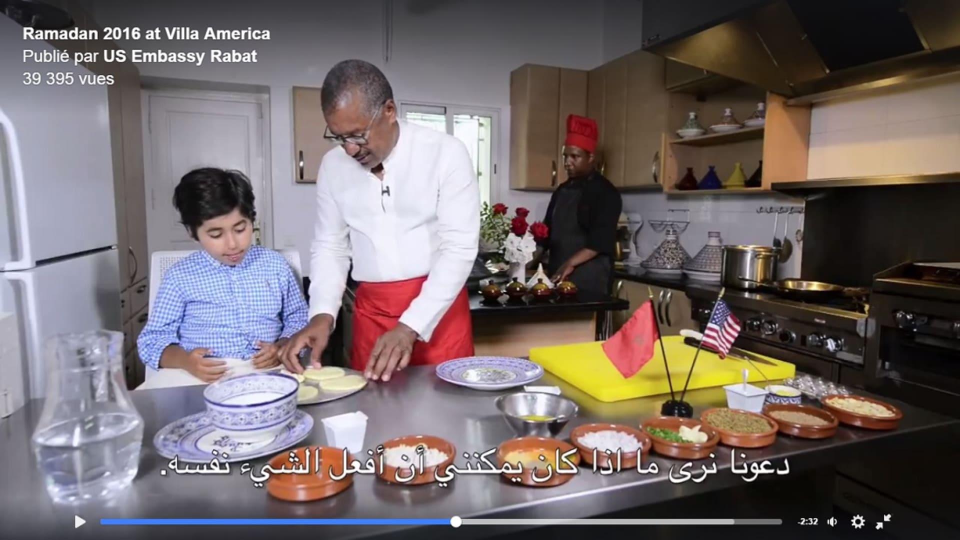 """بالفيديو.. السفير الأمريكي في المغرب يعدّ الطبق الشعبي """"الرفيسة"""""""