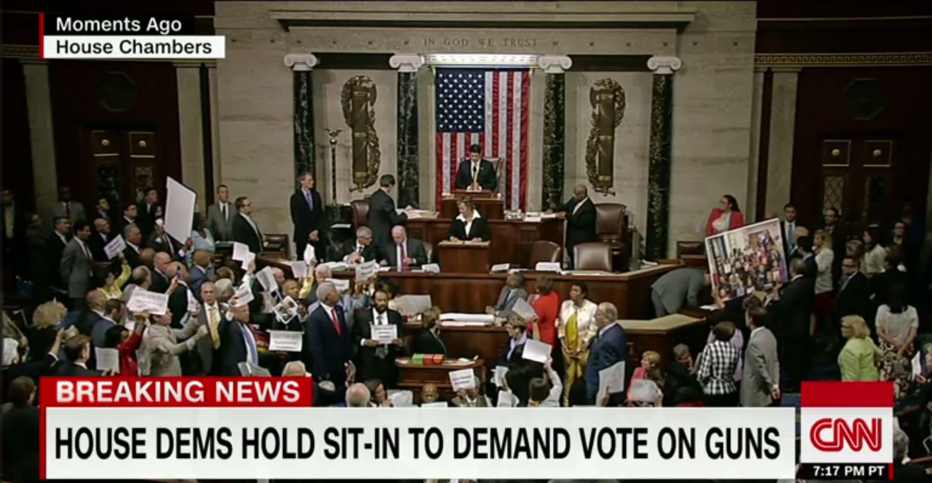 """أمريكا: """"العار العار العار"""".. صراخ وغناء بقاعة مجلس النواب إثر مواجهة درامية لفض اعتصام الديمقراطيين"""