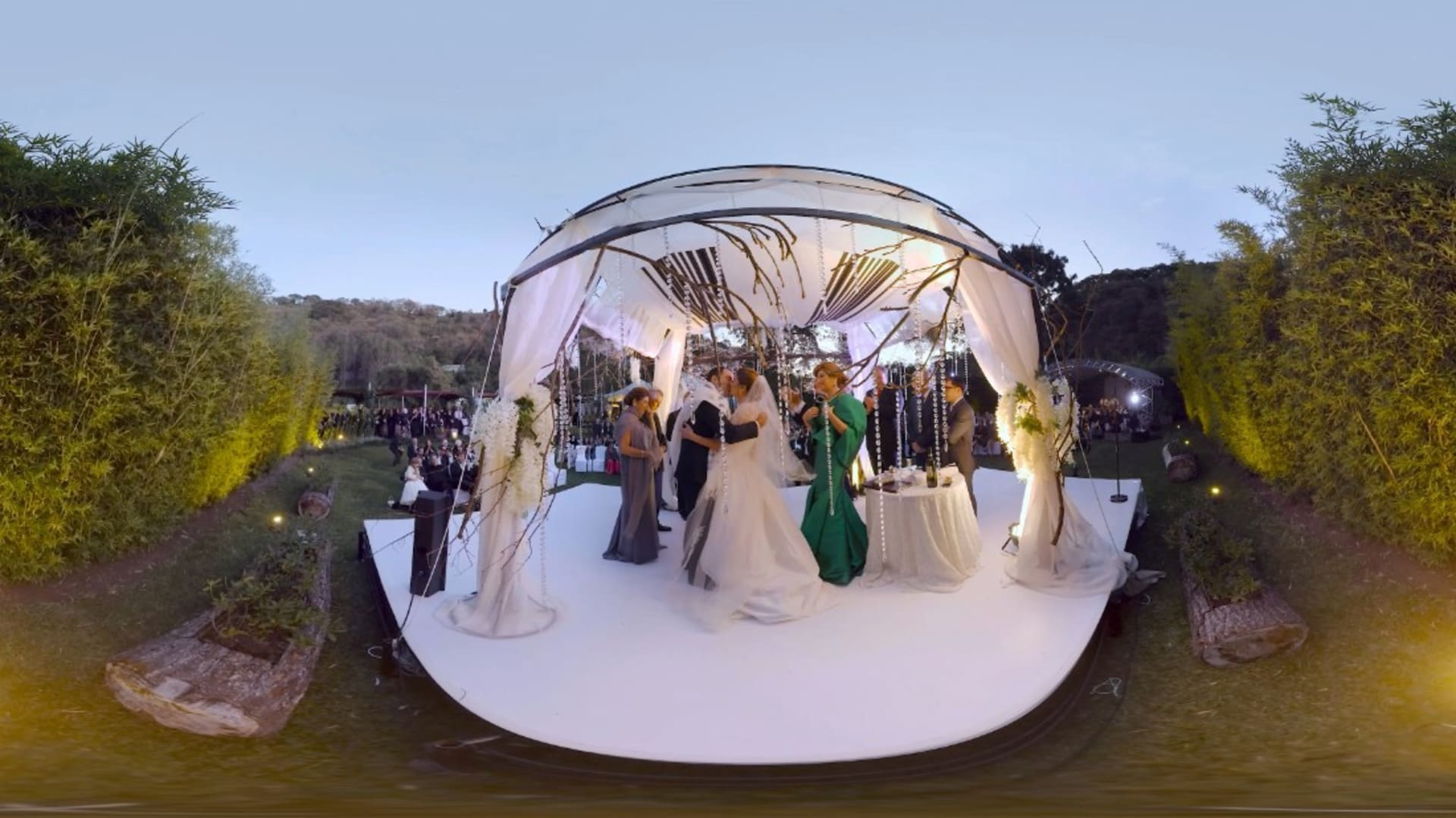 إليكم زفافاً بتقنية الواقع الافتراضي.. ليدوم إلى الأبد!