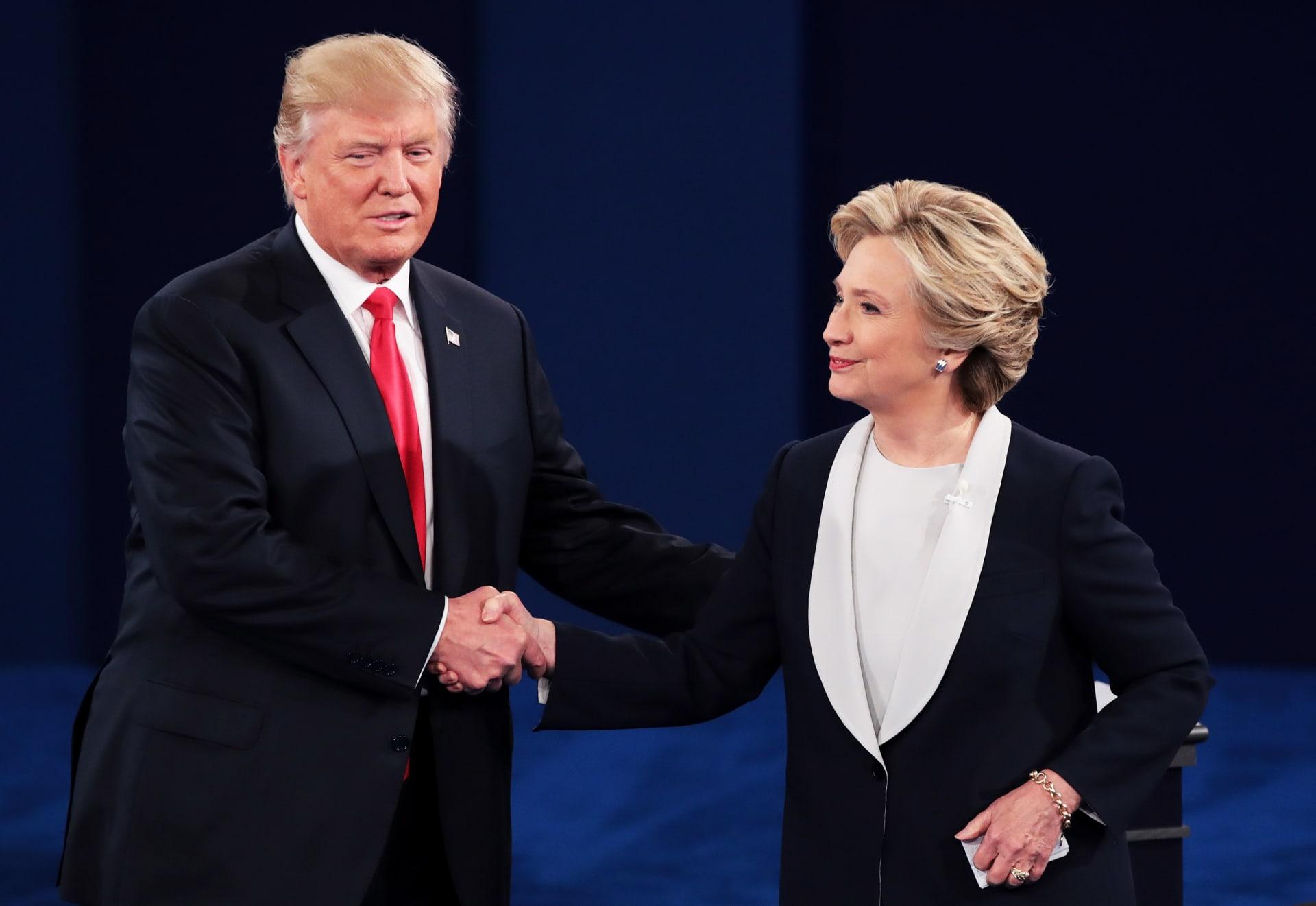 في مواجهة الشعب.. ترامب يهدد بسجن كلينتون والأخيرة ترد: تعيش في عالمك الخاص