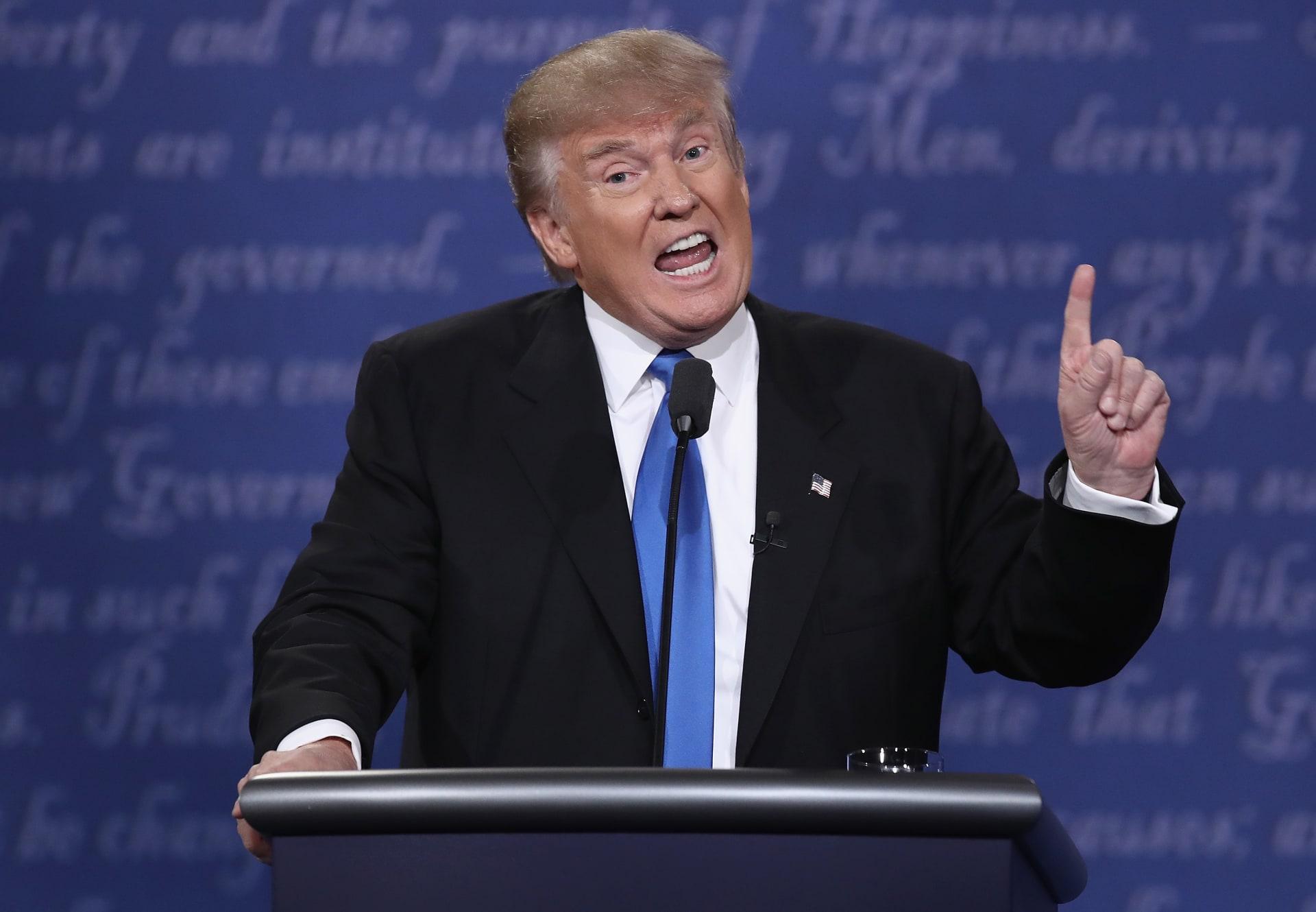 """ترامب يتهم السعودية وقطر بـ""""إساءة معاملة السيدات"""".. ويجدد إثارة قضية دفع """"أعتاب الدفاع"""" بالمناظرة الأخيرة"""