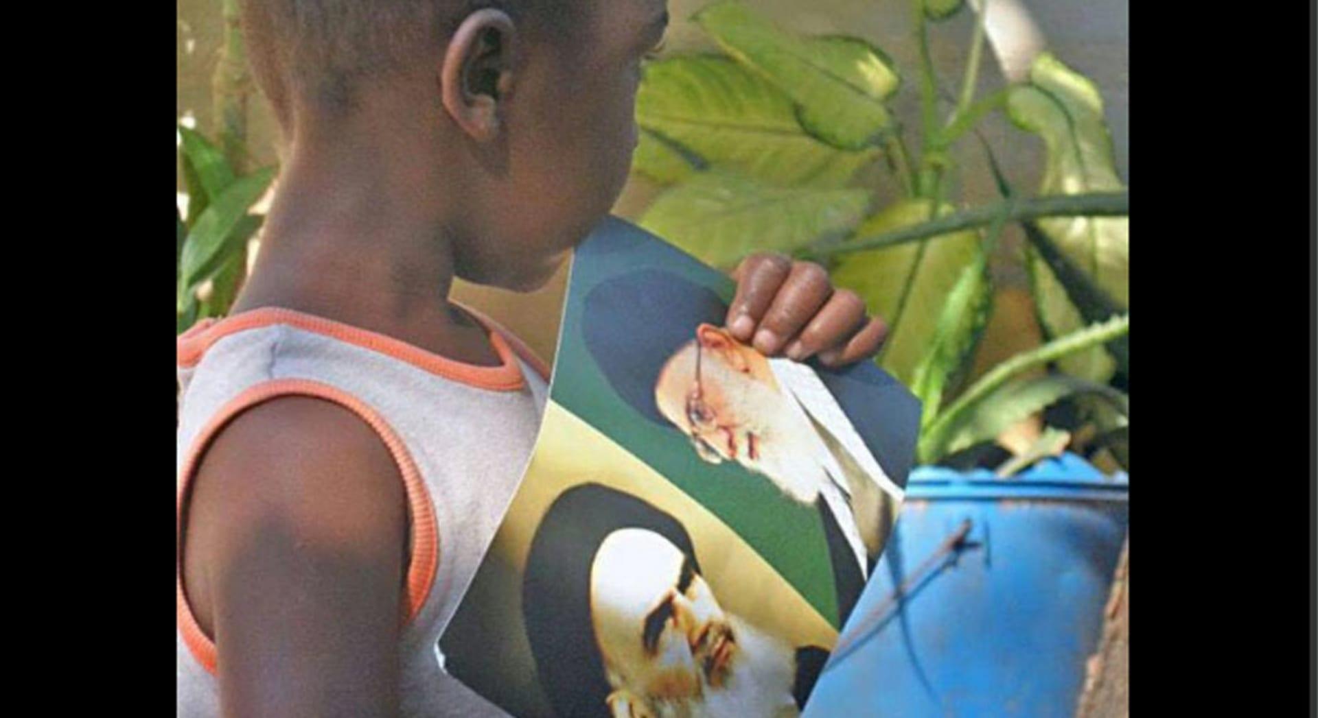 العريفي يعلق على صورة لطفل أفريقي يرفع صورة الخميني: غدا يرفعون السلاح