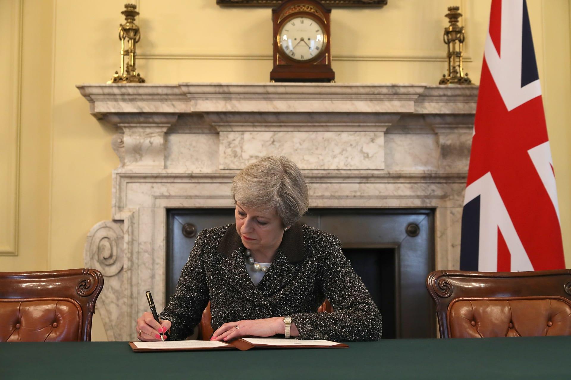 """تيريزا ماي توقع قرار """"الطلاق"""".. تفعيل مفاوضات خروج بريطانيا من الاتحاد الأوروبي"""