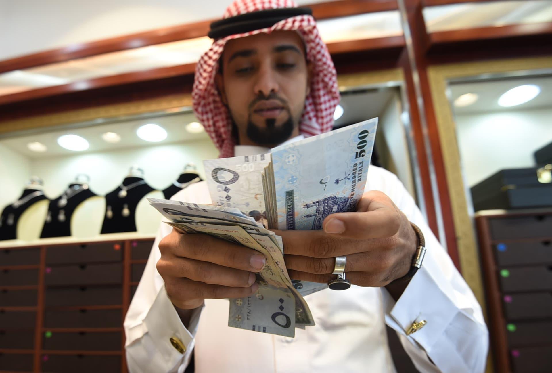 وزير المالية يطمئن السعوديين: لا ضرائب على دخل المواطن أو الشركات السعودية