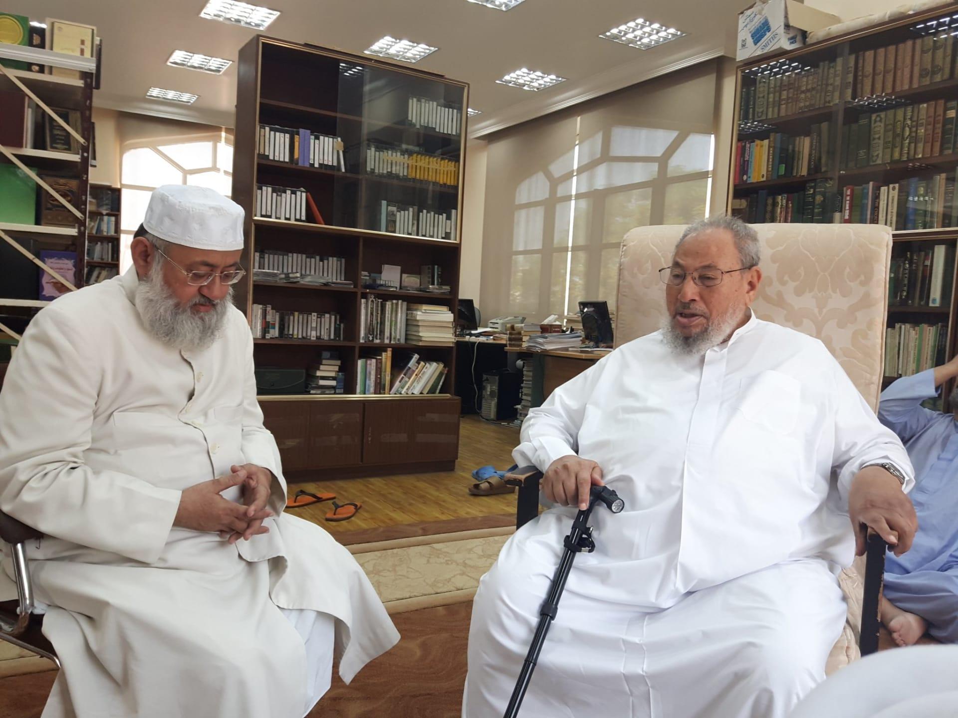 القرضاوي ينشر صورة له مع داعية طُرد من عمان بعد مهاجمته السعودية