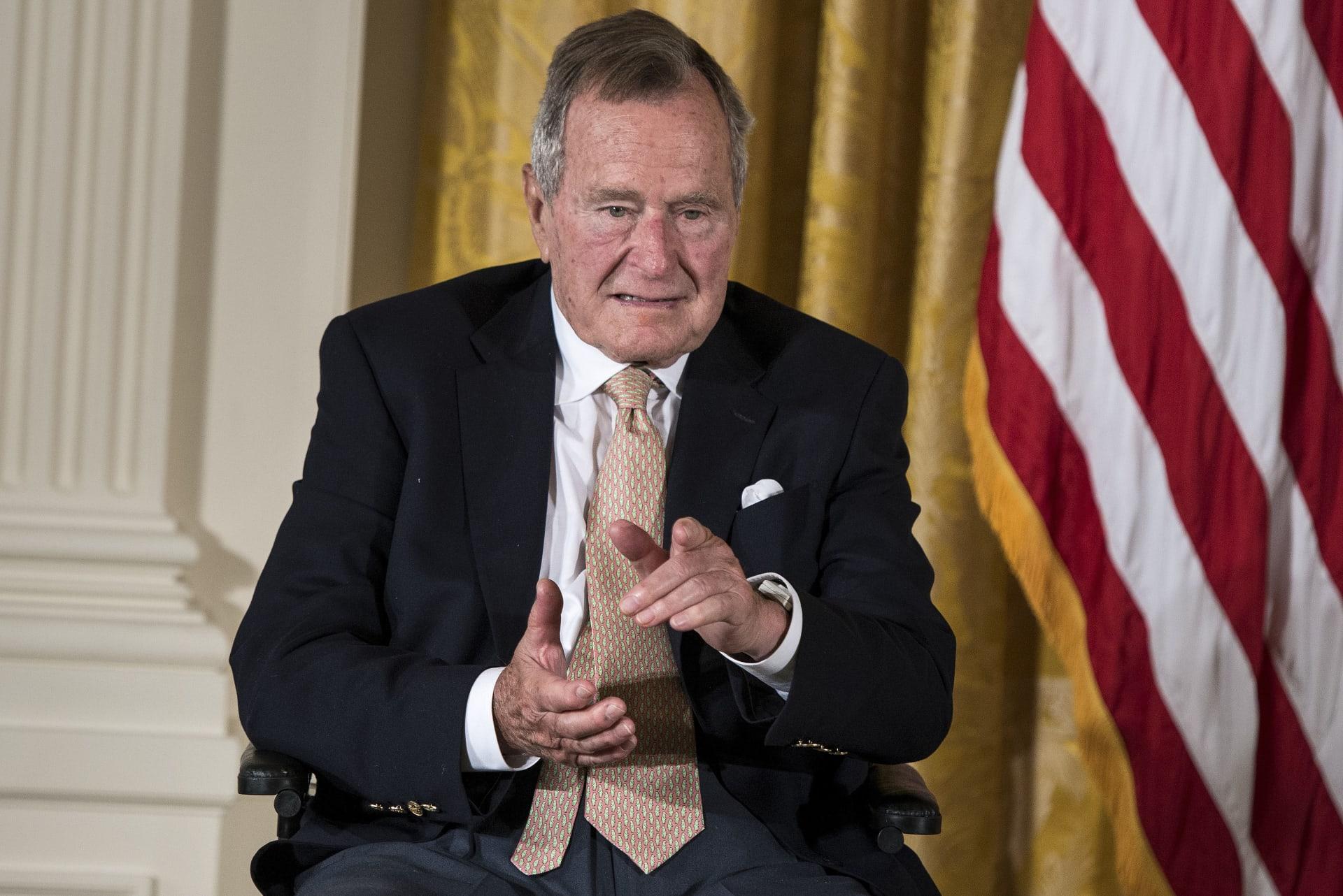 """الرئيس بوش الأب يوضح حقيقة """"التحرش"""" بنجمة من هوليوود"""