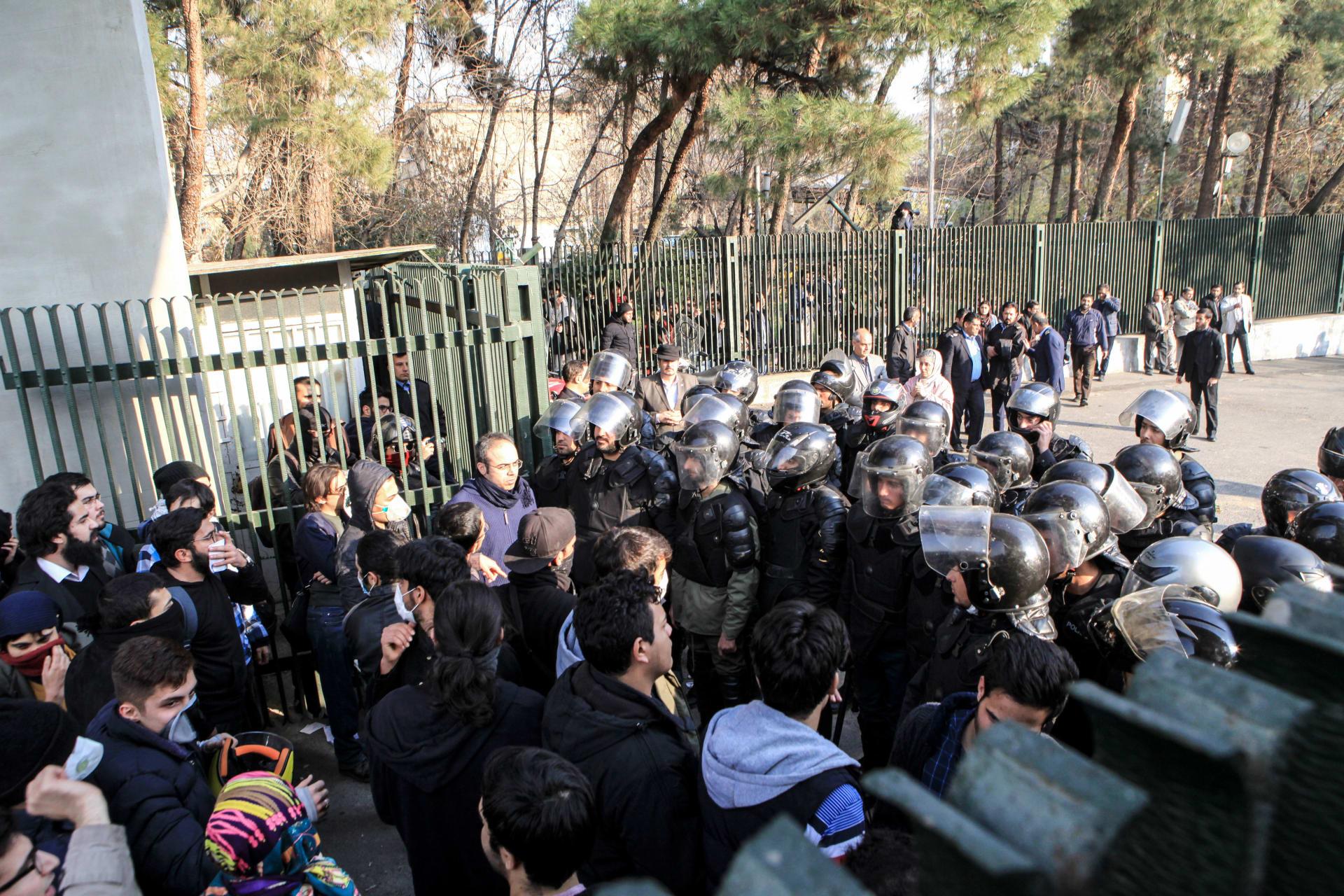 """إيران تحقق بـ""""الصندوق الأسود"""" للمظاهرات وتكرر مهاجمة أمريكا والرياض"""