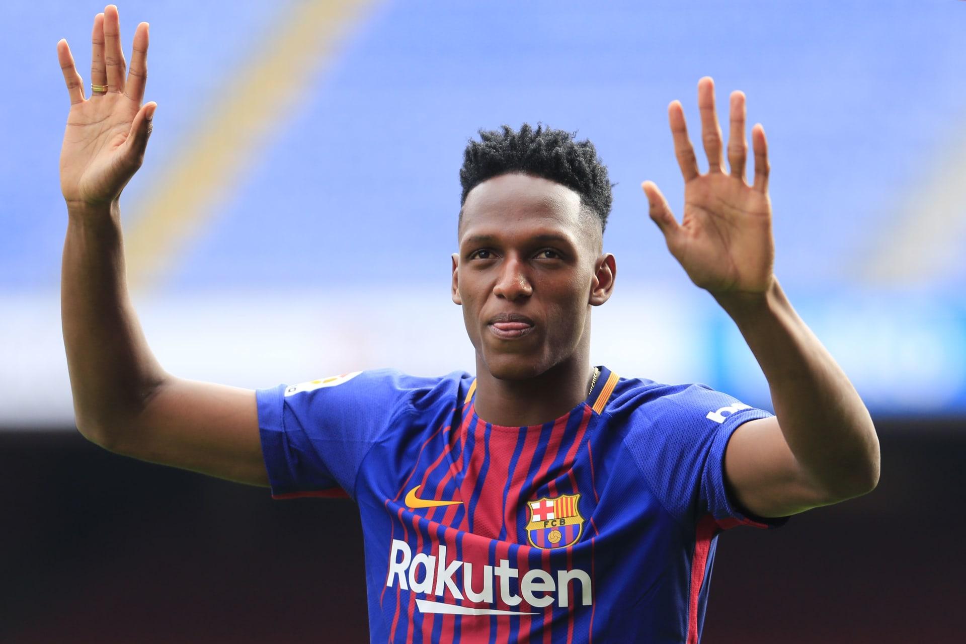 """لاعب برشلونة الجديد يدخل إلى الملعب """"حافي القدمين"""""""