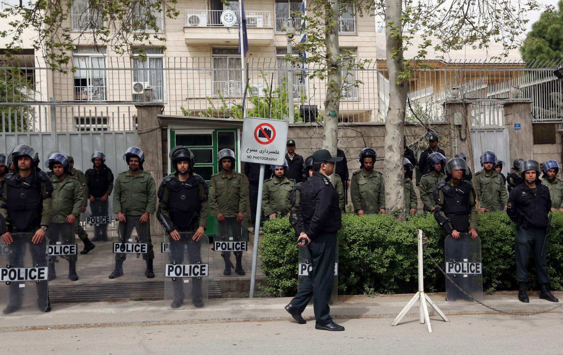 إيران: إطلاق النار على رجل حاول اقتحام مدخل مقر الرئاسة بسلاح أبيض