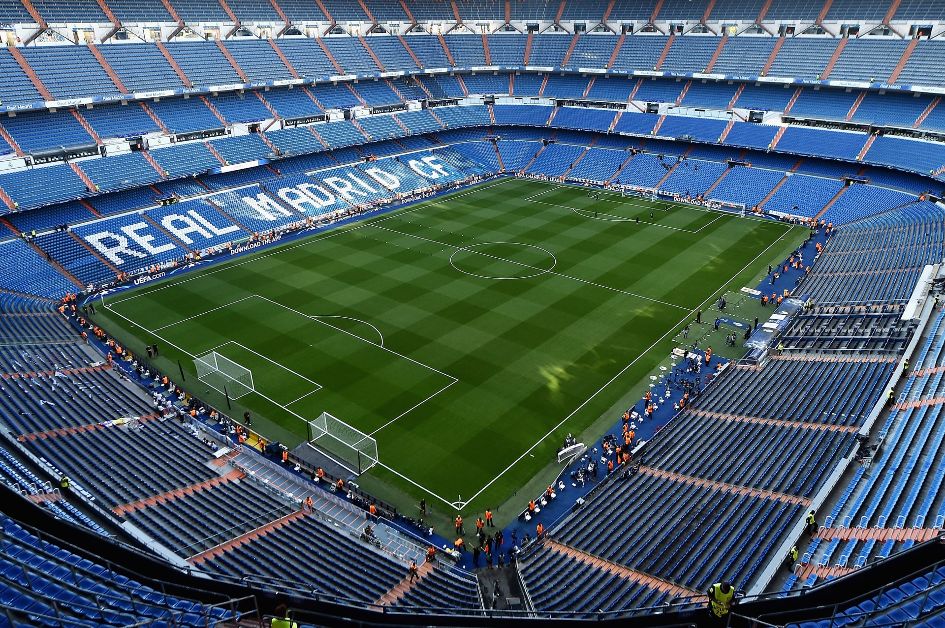 شاهد.. ملعب ريال مدريد يكتسي باللون الأبيض بسبب تساقط الثلوج
