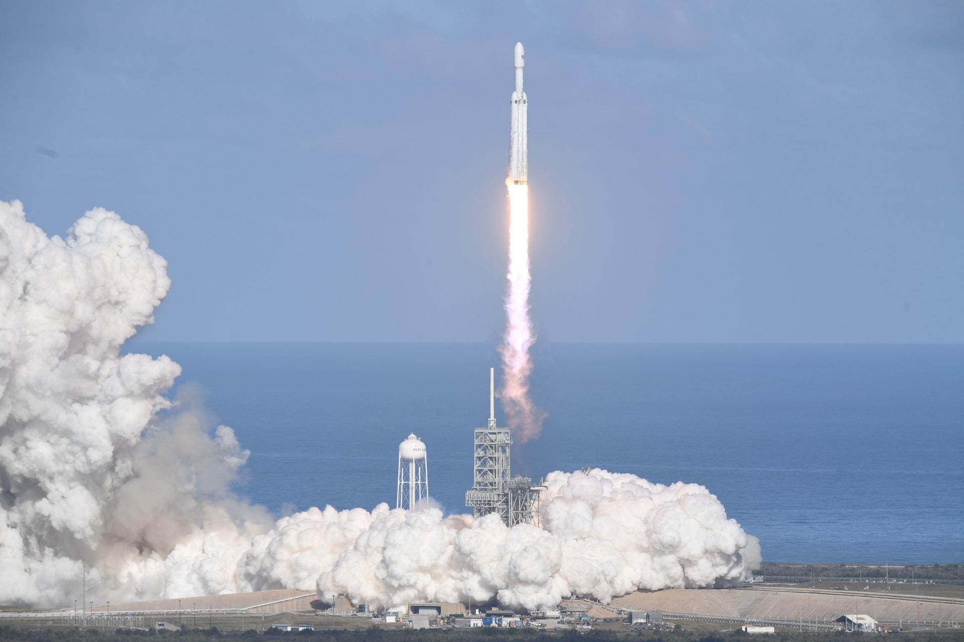"""""""سبيس إكس"""" تنجح بإطلاق أقوى صاروخ في العالم.. شاهد لحظة إطلاق """"فالكون هيفي"""""""