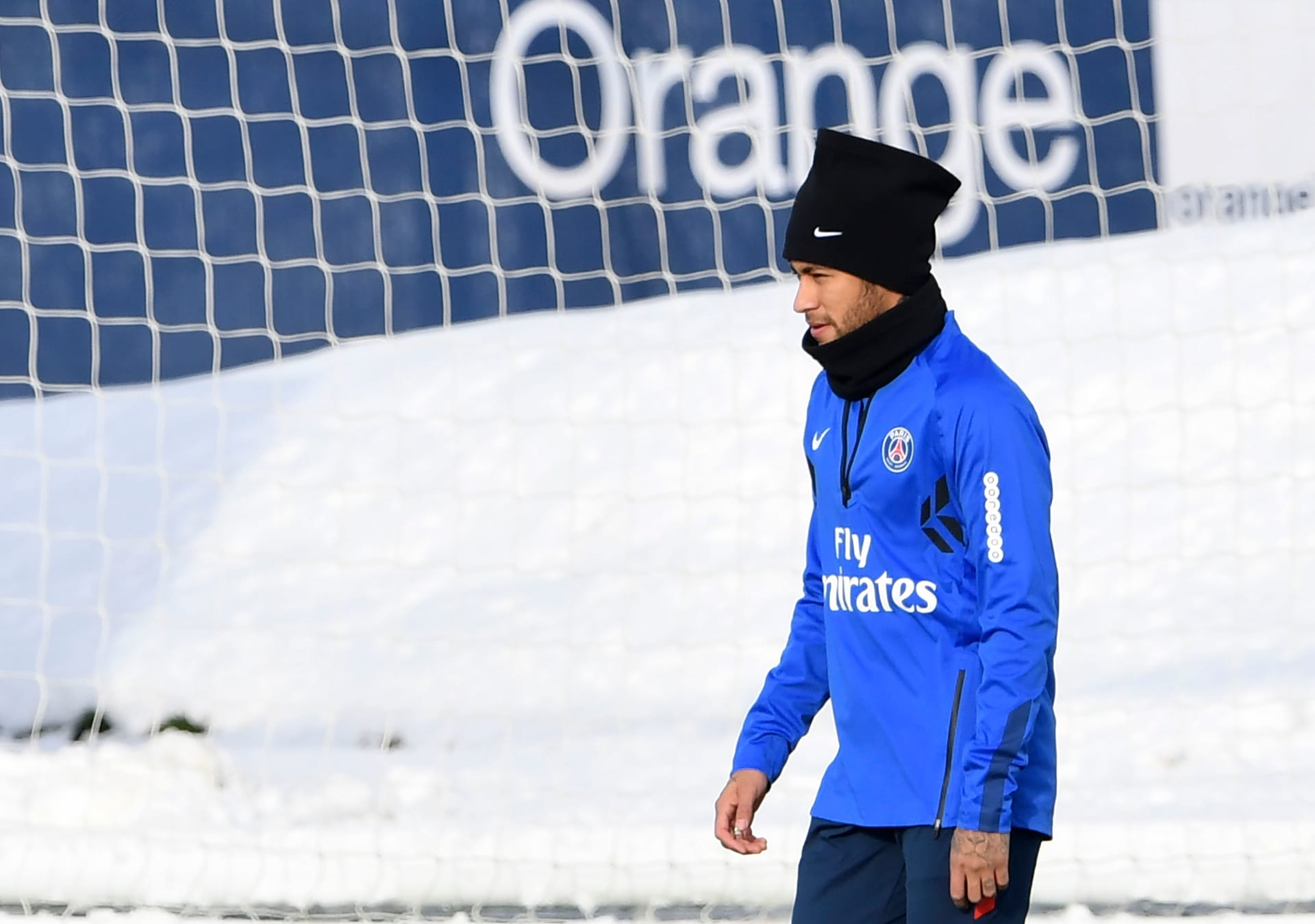 """نيمار يتحدى الثلج بالجلوس """"شبه عار"""" قبل مواجهة ريال مدريد"""