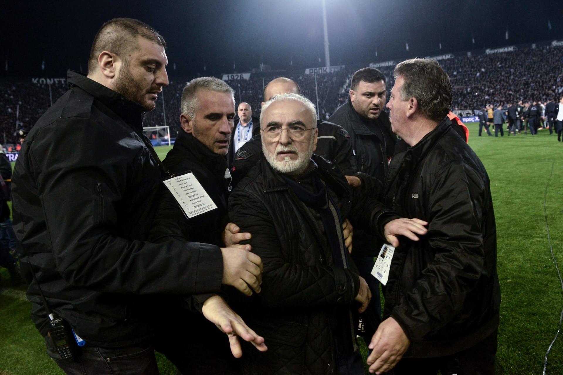 إيقاف الدوري اليوناني بعد اقتحام رئيس ناد لأرضية الملعب حاملا مسدسا على خصره