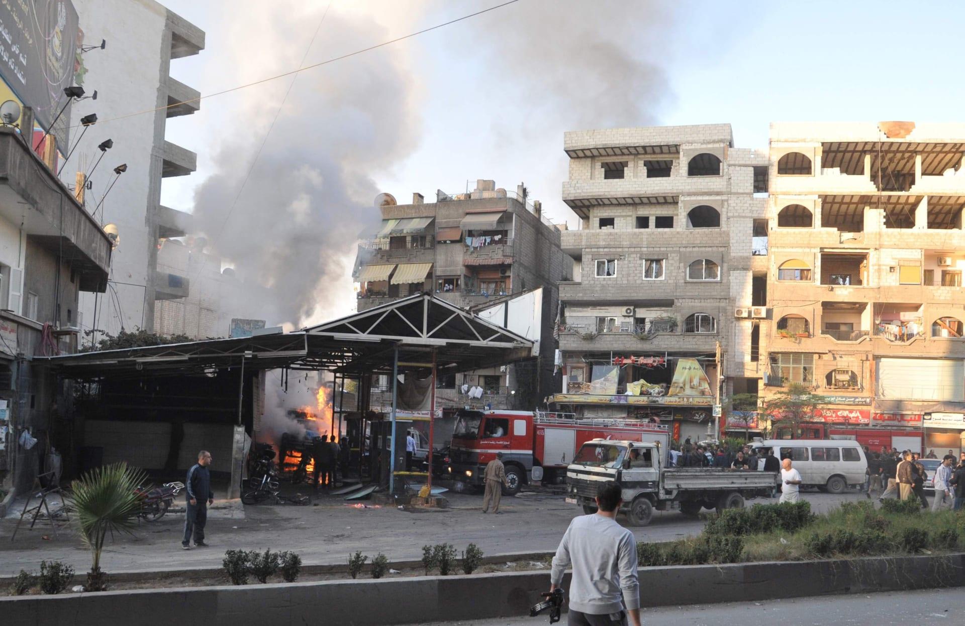 عشرات القتلى والجرحى في هجوم صاروخي على أحد ضواحي دمشق