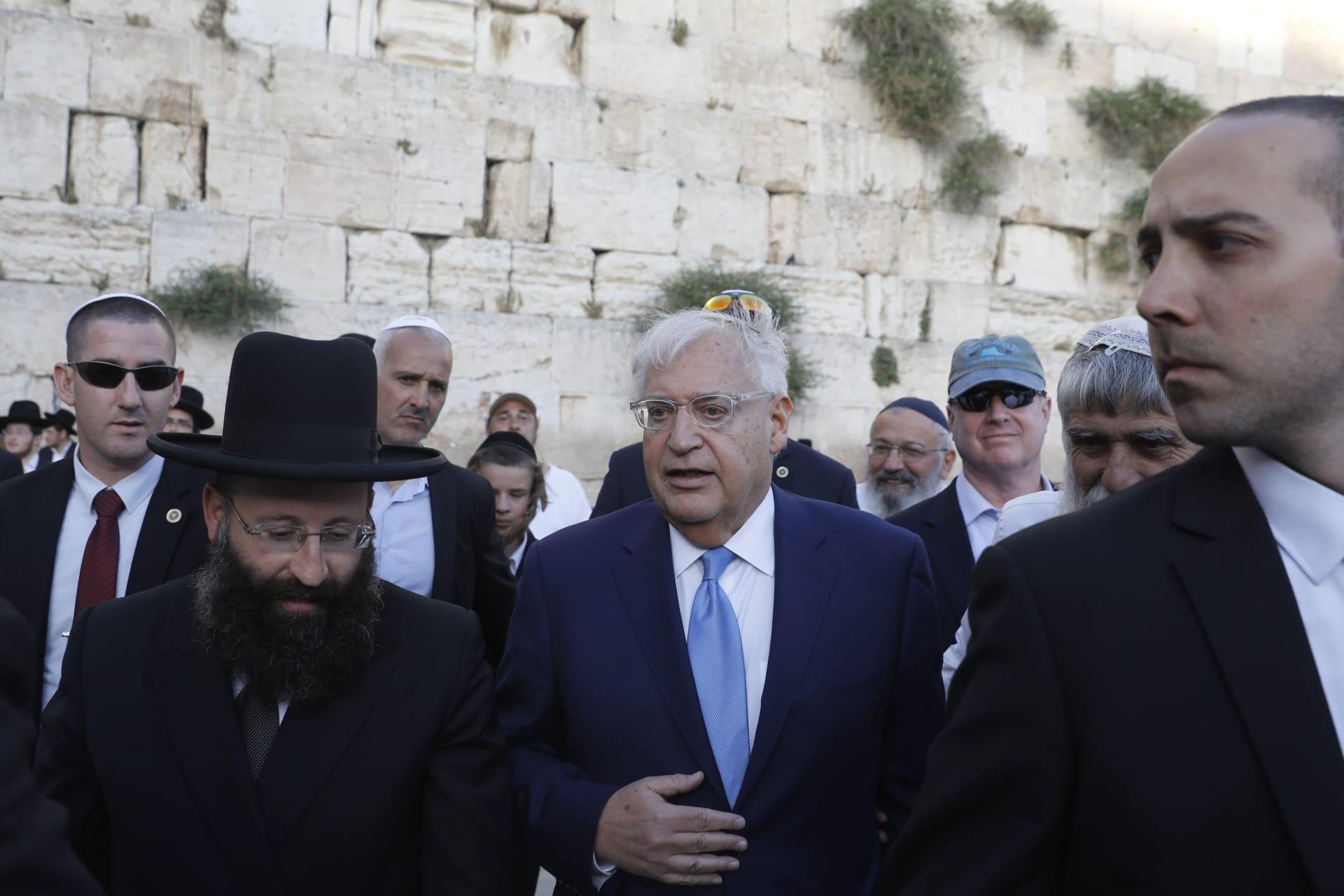 بعد ضجة تصريحات عن عملية السلام.. سفير أمريكا بإسرائيل: لا نسعى لاستبدال عباس