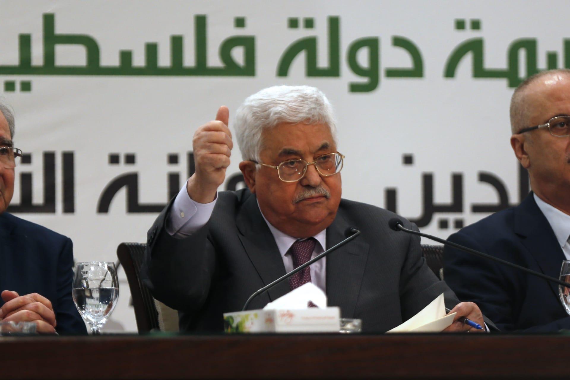 الإبقاء على محمود عباس في المستشفى حتى اكتمال شفائه من التهاب رئوي