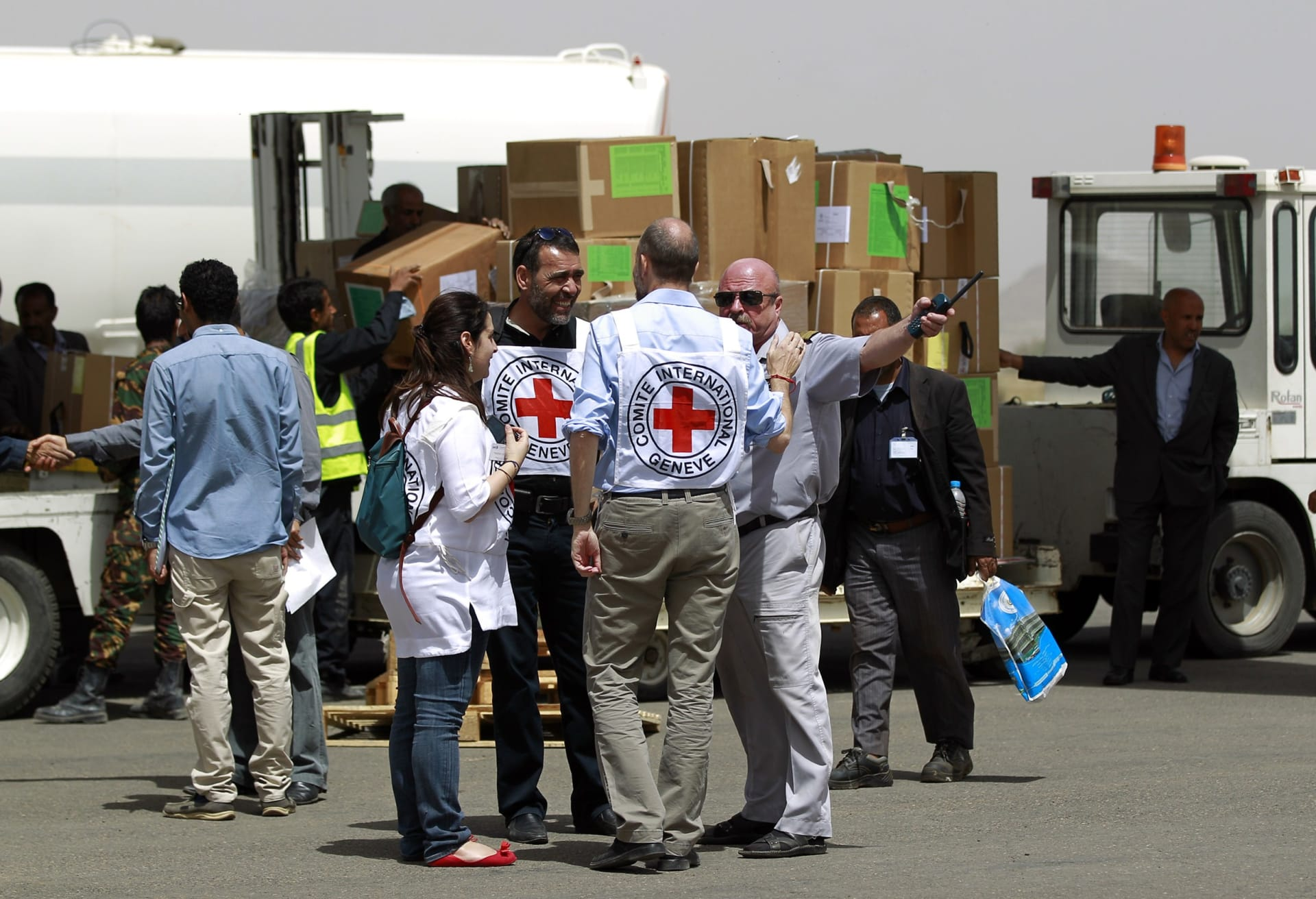 الصليب الأحمر يسحب 71 موظفا من اليمن بسبب تهديدات أمنية