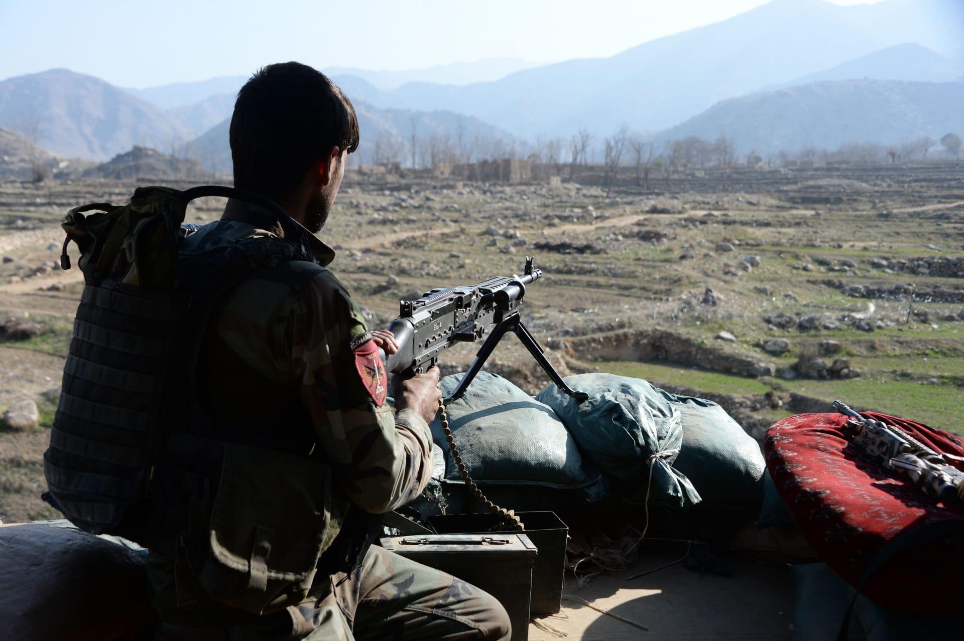 مصافحة وعناق بين الجيش الأفغاني ومقاتلي طالبان في عيد الفطر