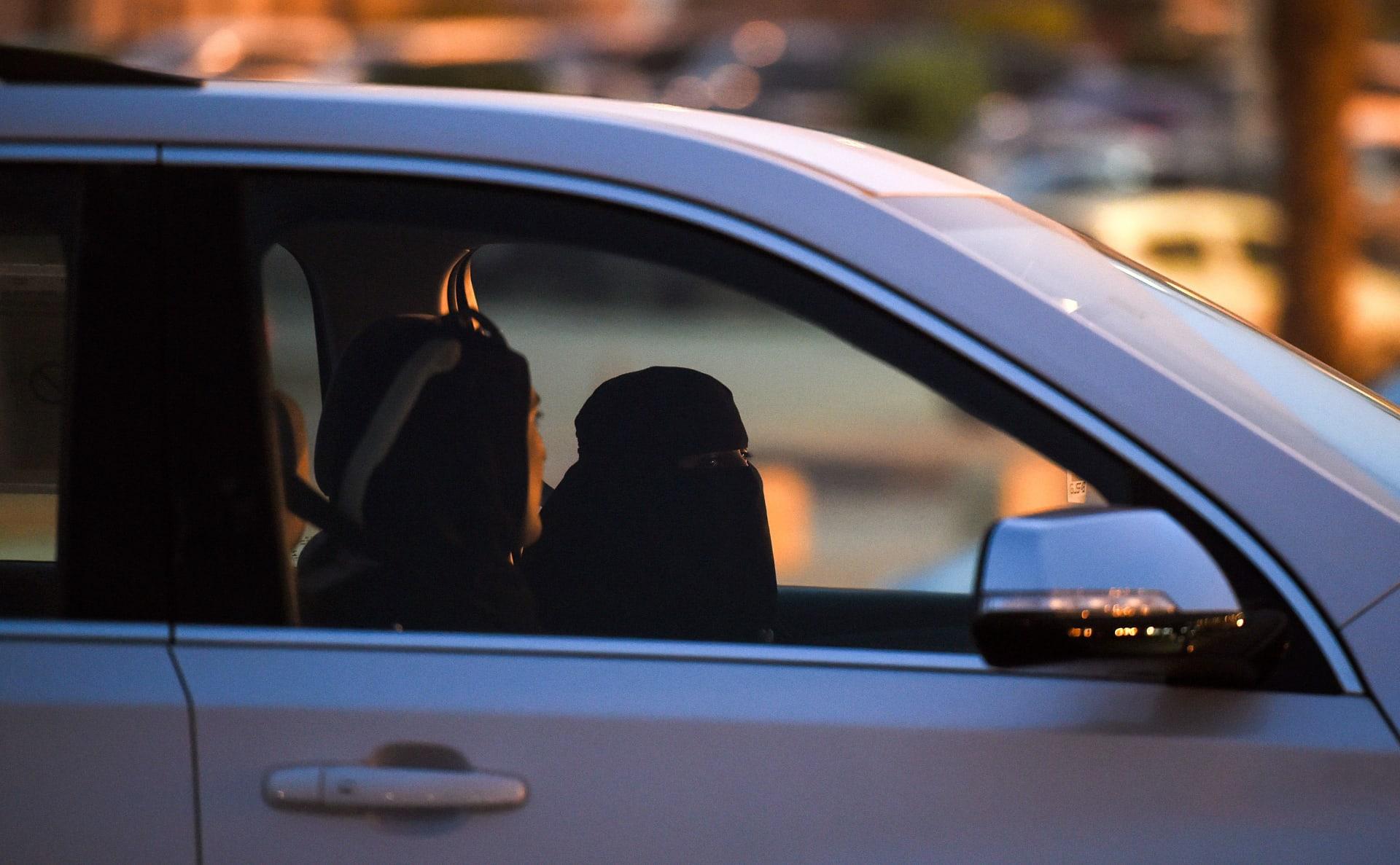 """إحالة مذيعة سعودية للتحقيق بسبب ملابسها """"غير المحتشمة"""" بتقرير عن قيادة المرأة"""