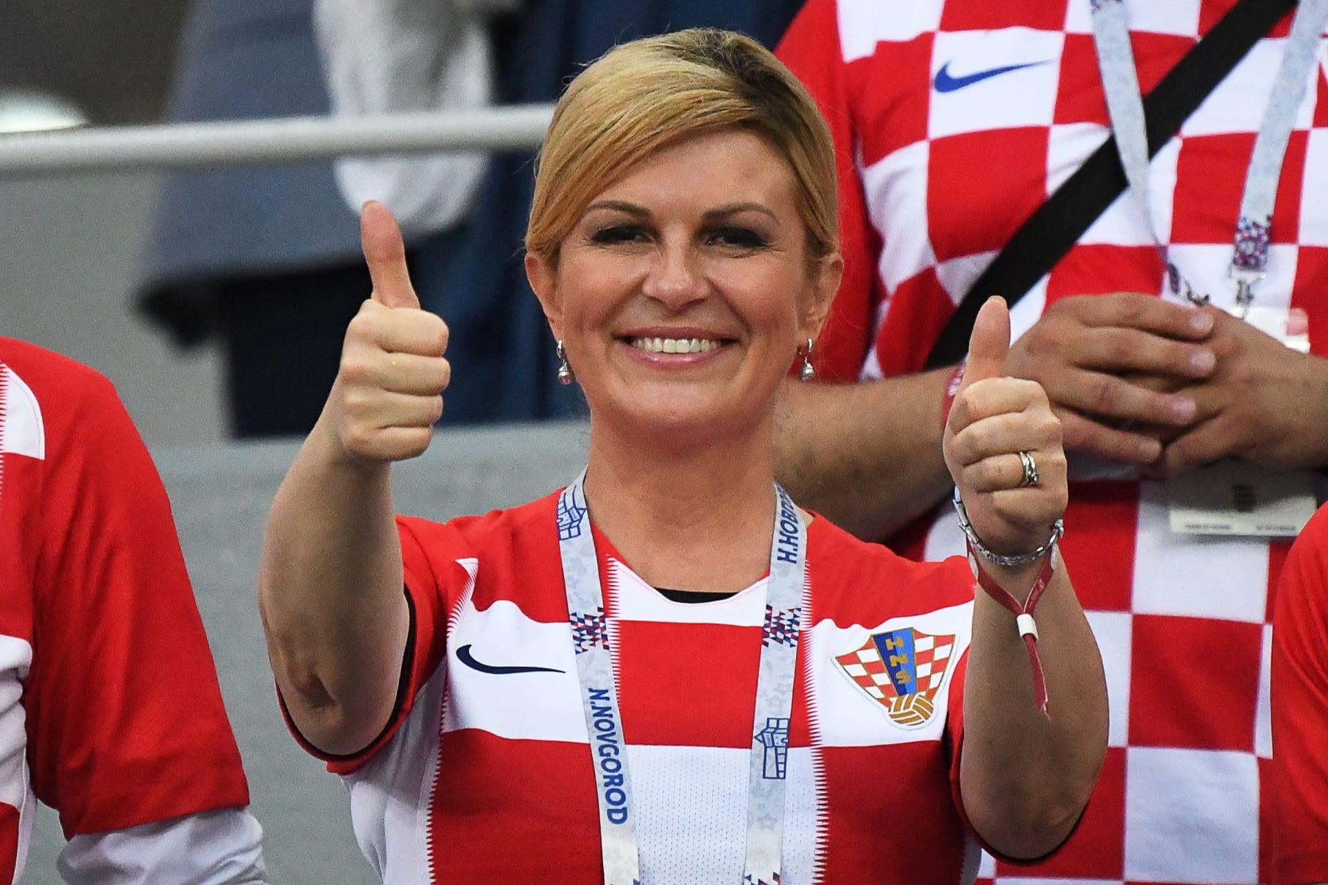 رئيسة كرواتيا تعانق مدرب ولاعبي منتخب بلادها بعد بلوغ ربع النهائي