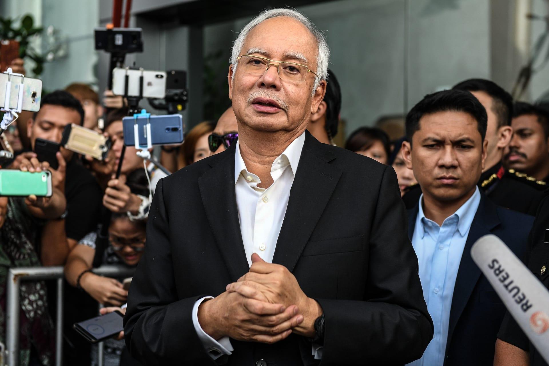 """اعتقال رئيس وزراء ماليزيا السابق لاتهامه بـ""""خيانة الأمانة واختلاس الأموال"""""""