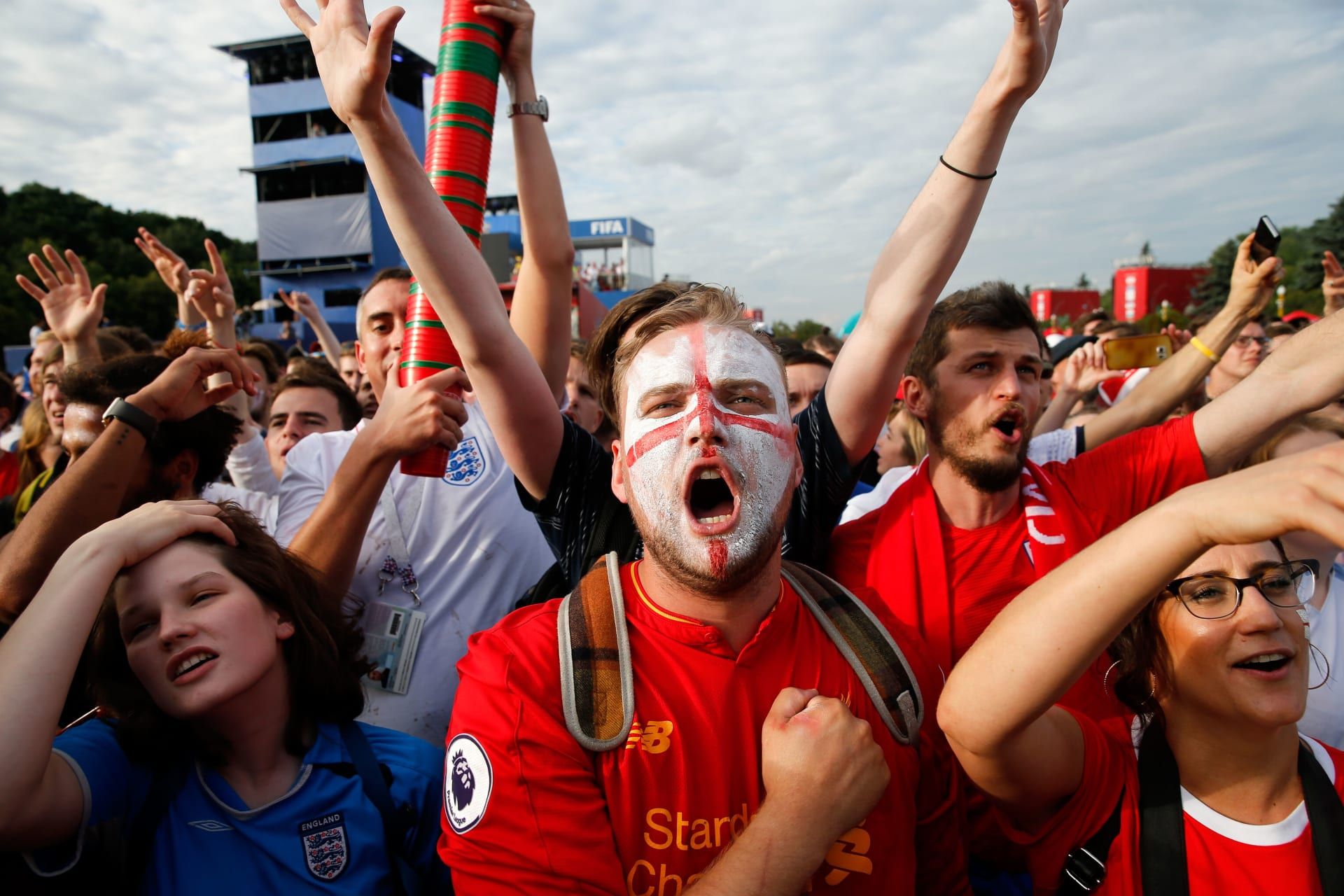 """مجموعة من مشجعي إنجلترا يقتحمون متجر """"إيكيا"""" احتفالا بفوز منتخبهم"""