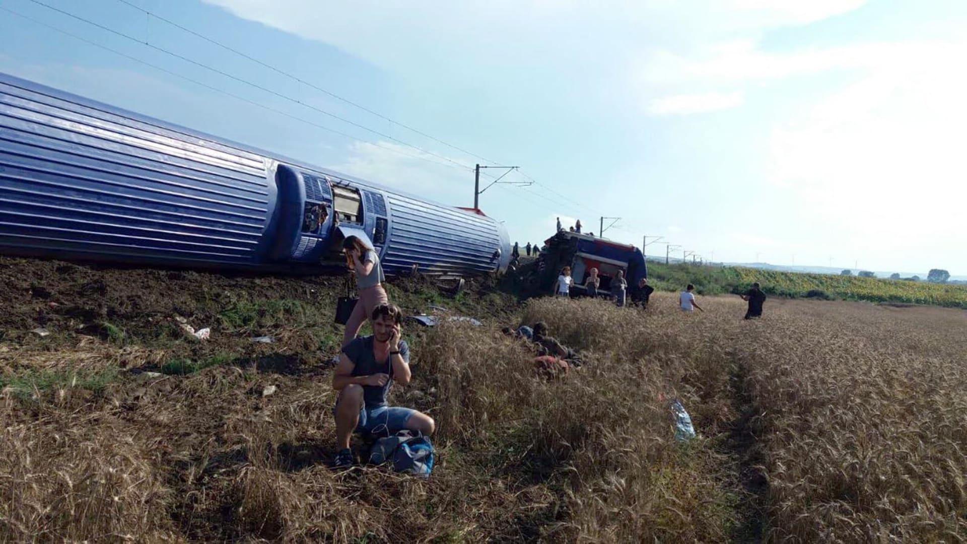 مقتل 10 أشخاص وإصابة 73 بخروج قطار عن مساره في تركيا