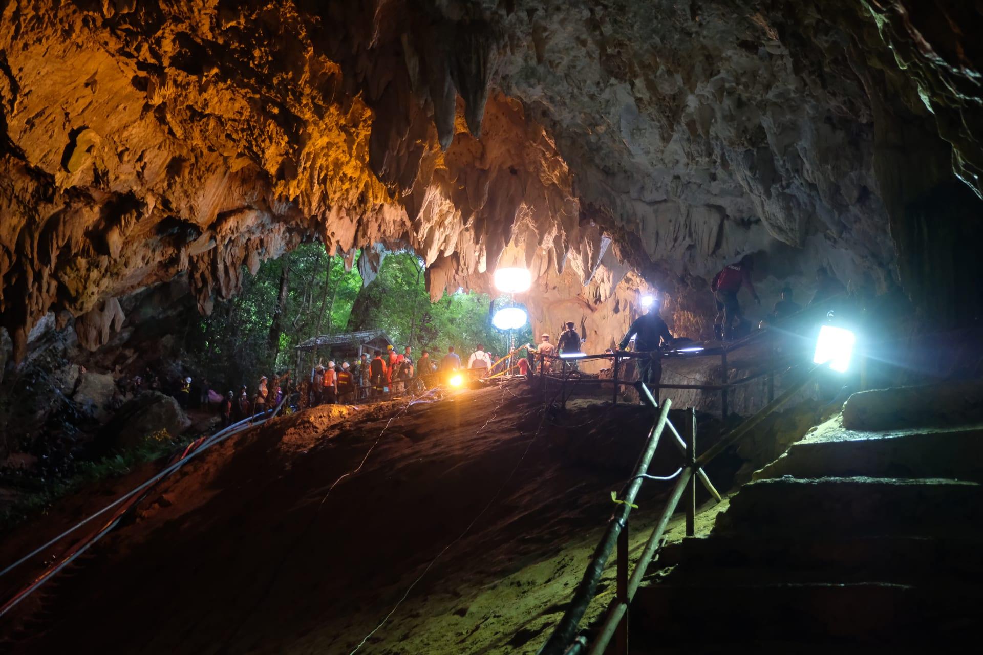 عمال الإنقاذ يقومون بتثبيت مضخة مياه داخل الكهف في تايلاند مع استمرار عمليات انقاذ الأطفال العالقين بداخله