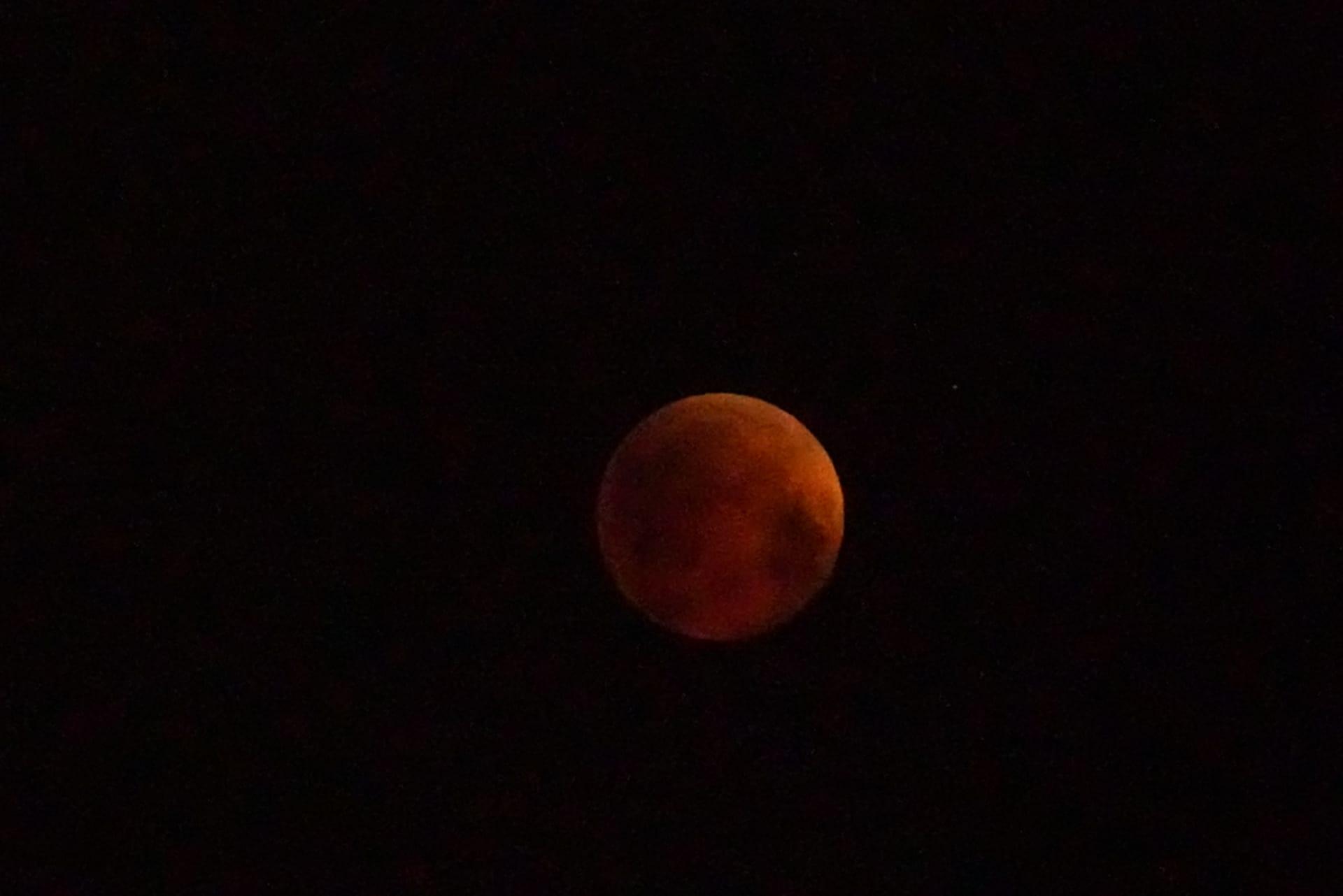 قصة رصد القمر الدموي