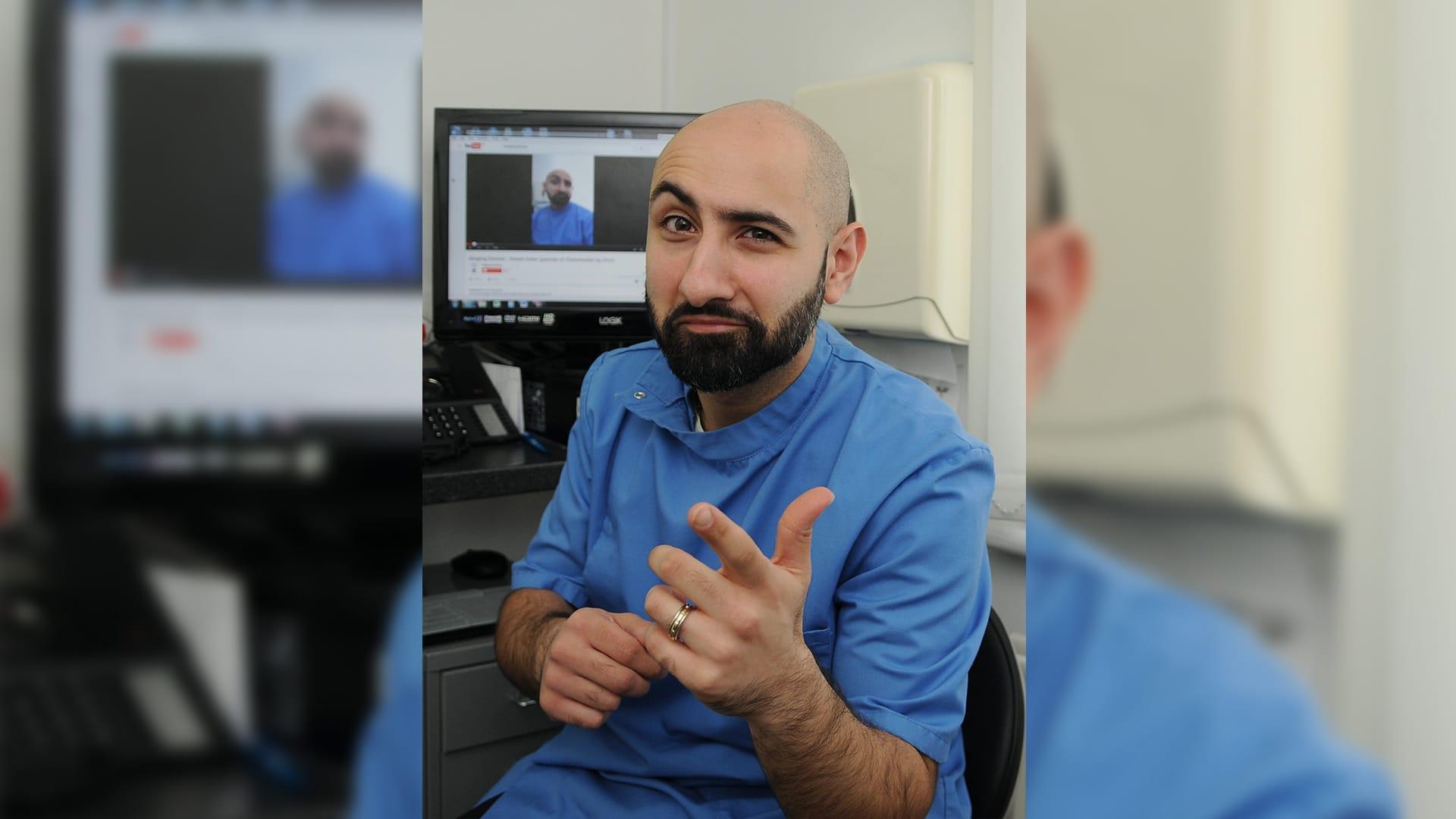 كيف أقنعت أغاني هذا الطبيب الإيراني الأطفال بزيارة عيادته؟