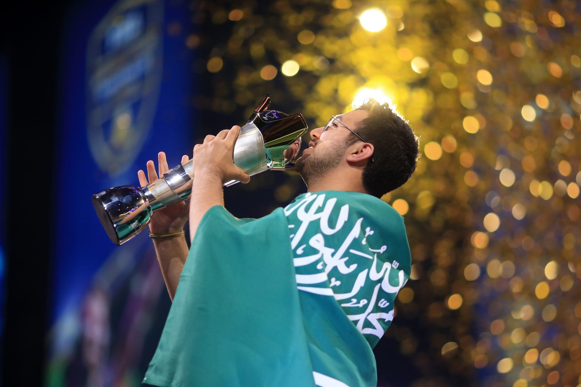 """ثاني سعودي يحقق اللقب.. مساعد الدوسري بطلا لكأس العالم بلعبة """"Fifa"""""""