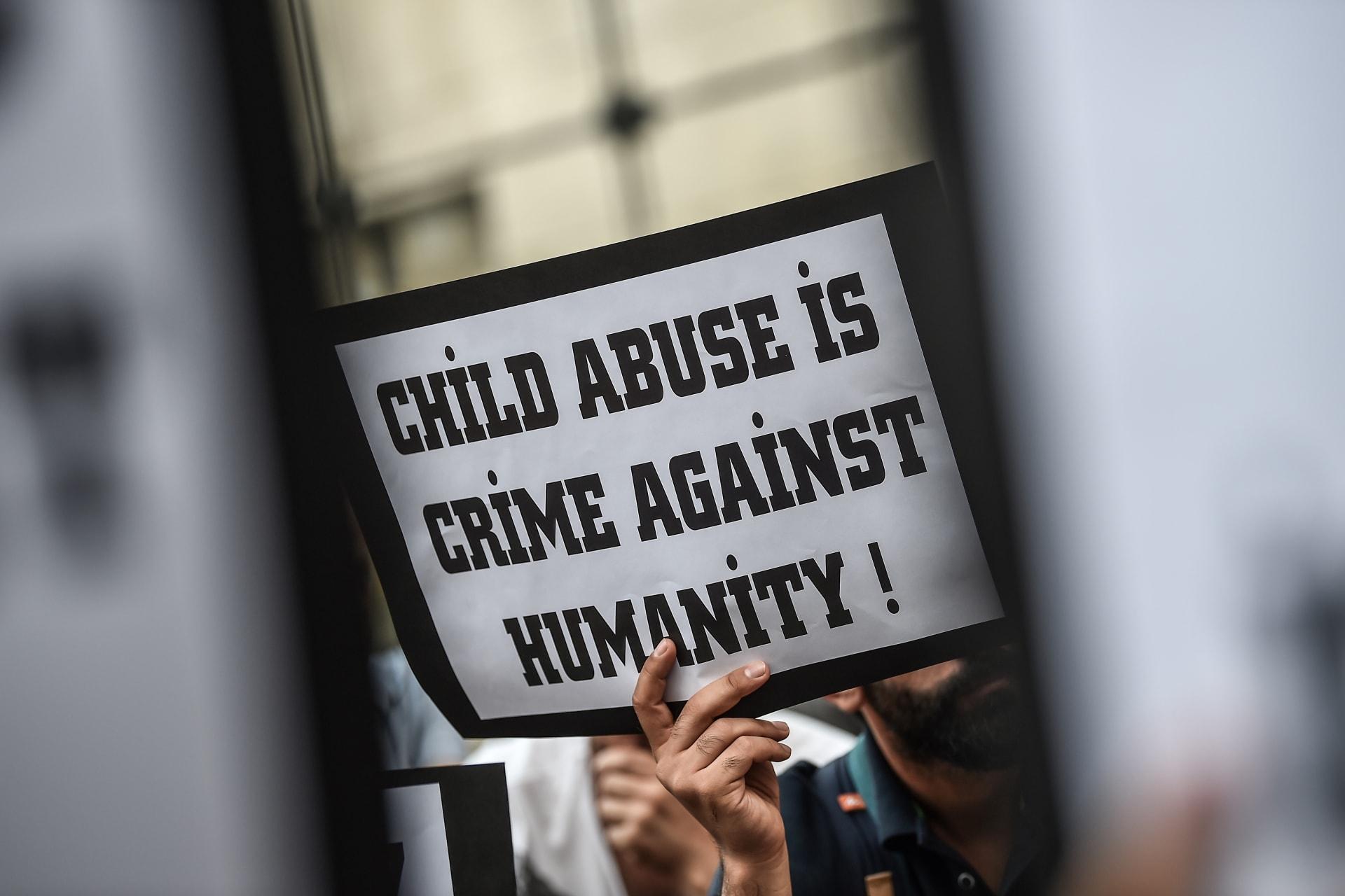 الحكم بالسجن 12 عاما على أم استغلت ابنها جنسيا رفقة شريكها