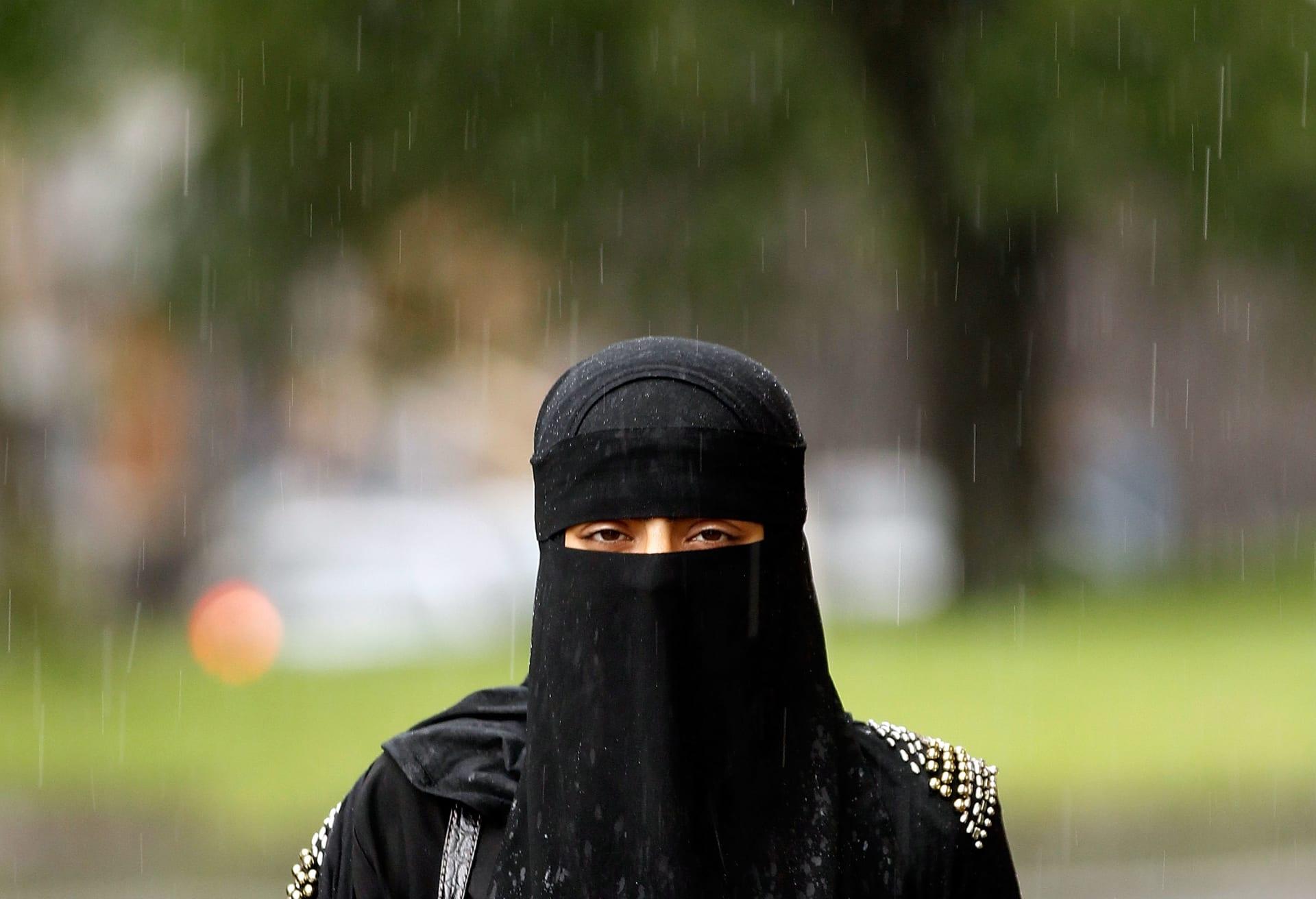 """ضغوط على وزير بريطاني سابق لـ""""انتقاده البرقع"""""""