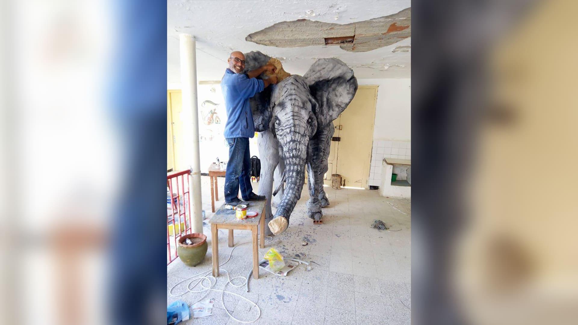 التونسي كمال الزغيدي في أثناء نحت عمل فني.