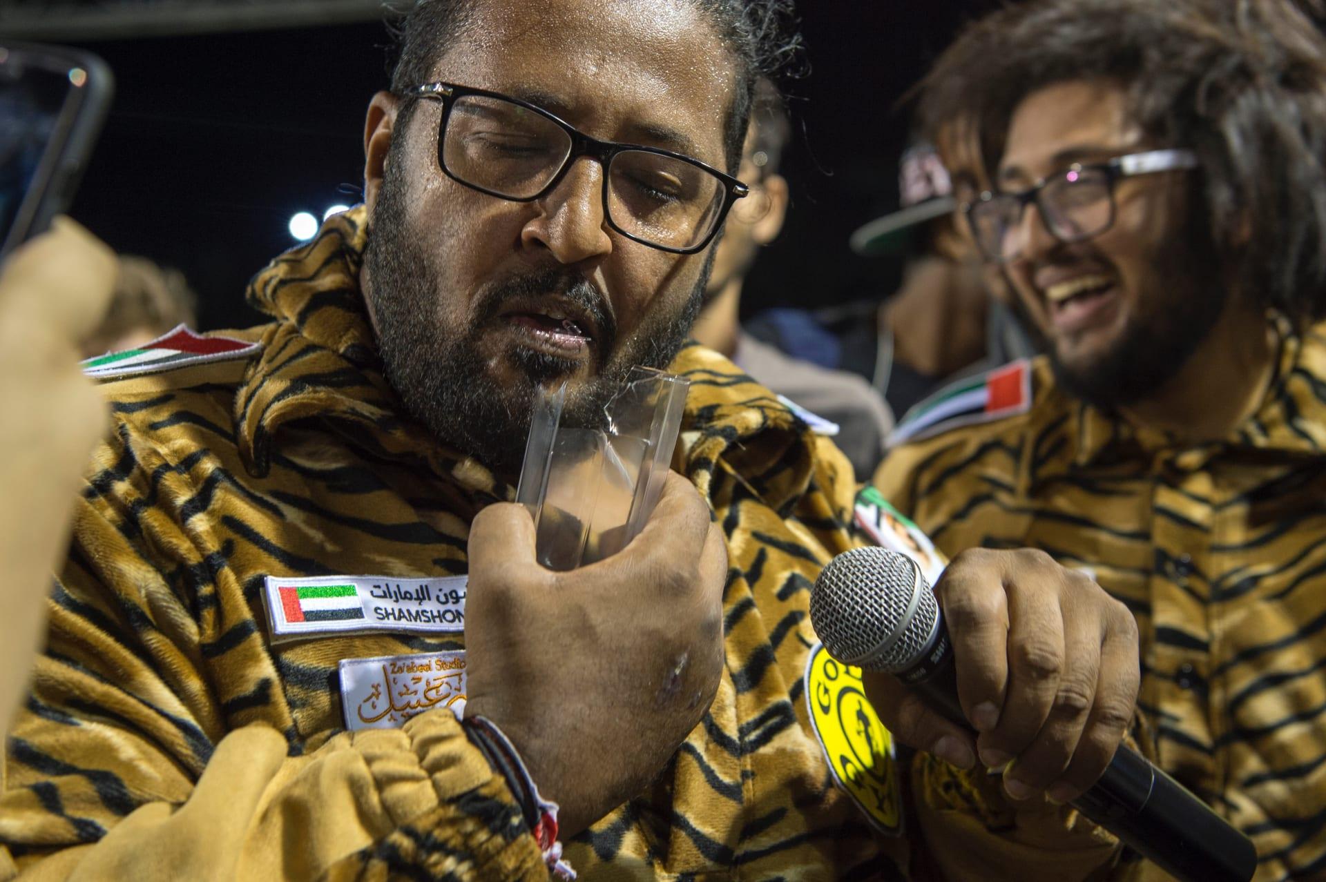"""""""شمشون الإمارات"""".. بطل """"خارق"""" يثني الحديد بأنفه ويسحب الأثقال بشعره"""
