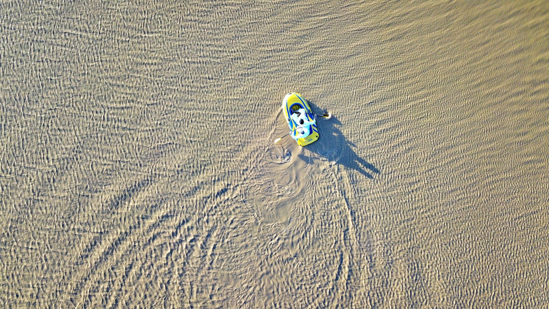 بالصور.. فوتوغرافي يوثق صور قوارب تسبح وسط صحراء الدهناء بالسعودية
