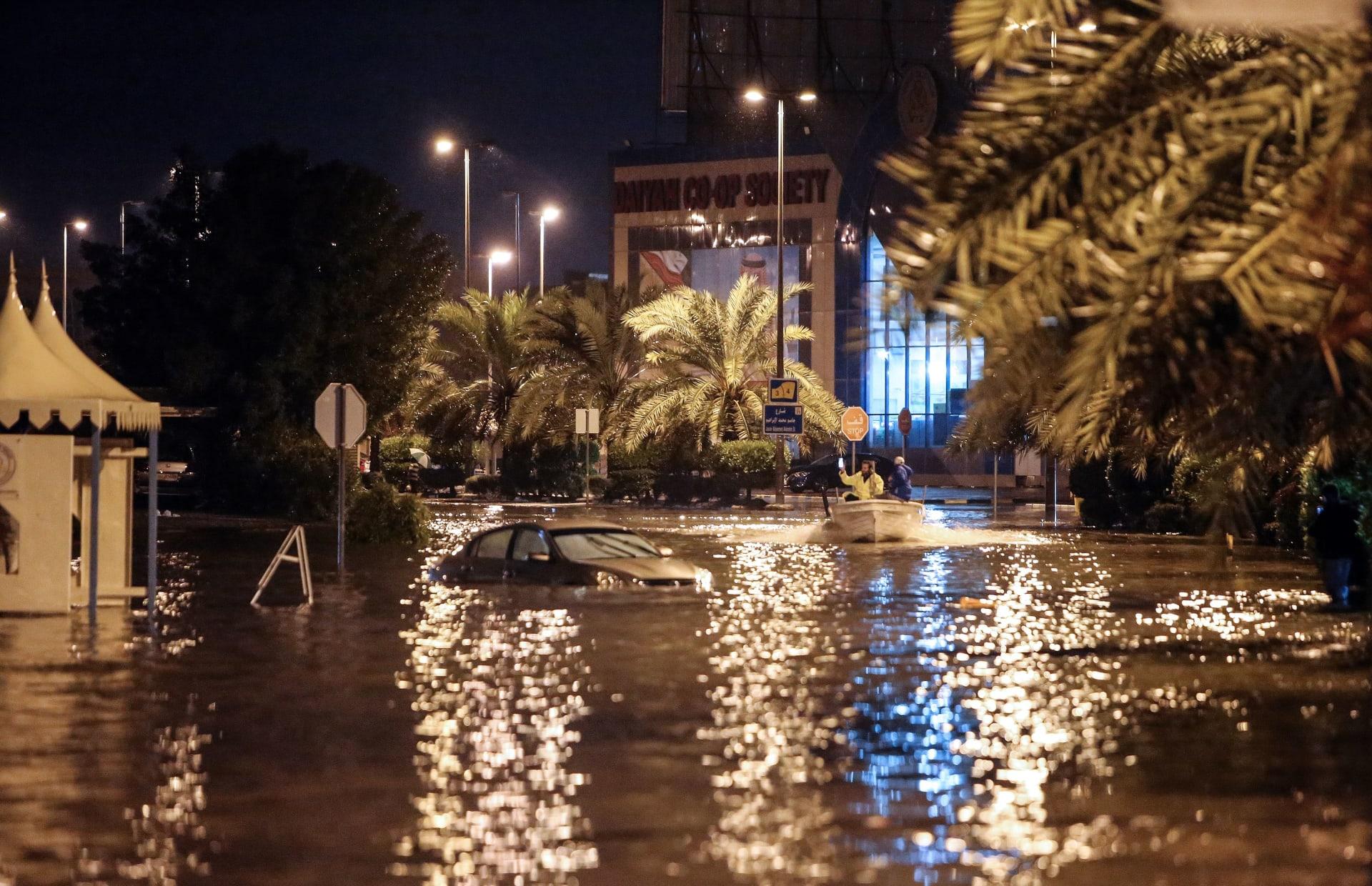 الكويت تعاقب الشركات المنفذة لمشاريع تضررت من الأمطار