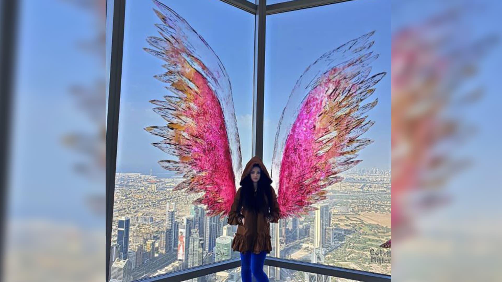 """في برج خليفة.. أجنحة تذكر الإنسانية بأنهم """"ملائكة الأرض"""""""