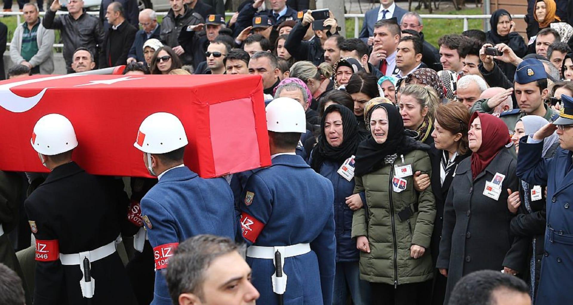 مقتل 4 عسكريين أتراك إثر تحطم مروحية اصطدمت بمبنى سكني