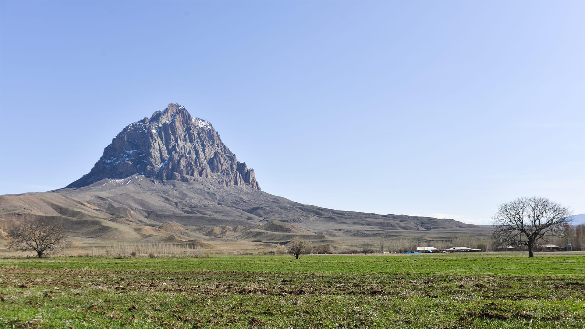 بأذربيجان.. جبل أسطوري تحطمت قمته إلى نصفين بسبب سفينة نوح
