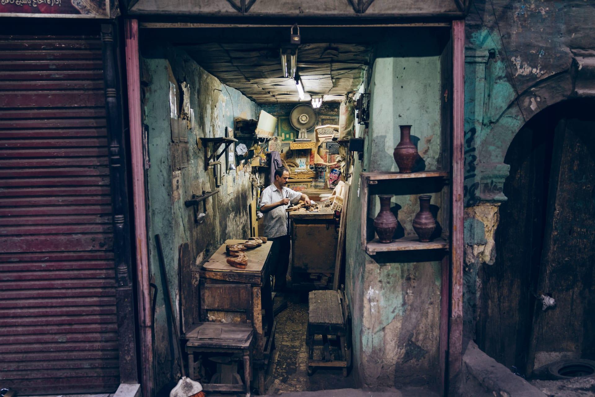 رحلة بصرية بين أزقة مصر الضيقة.. فما الذي سُحر به هذا المصور البريطاني؟