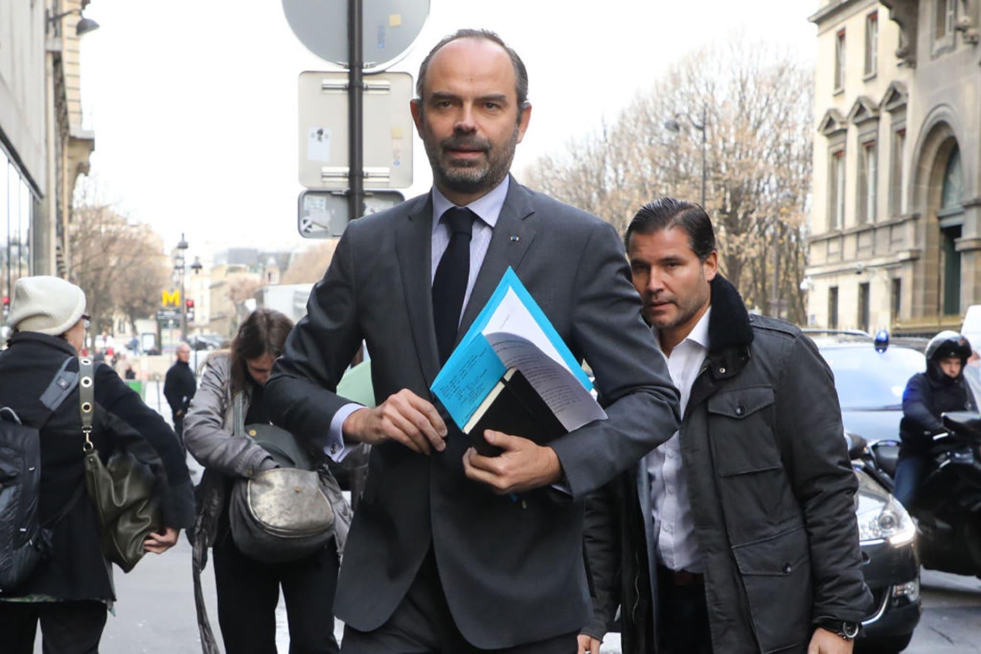 تعليق فرض الضرائب على الوقود بفرنسا.. والحكومة للمحتجين: نسمع غضبكم