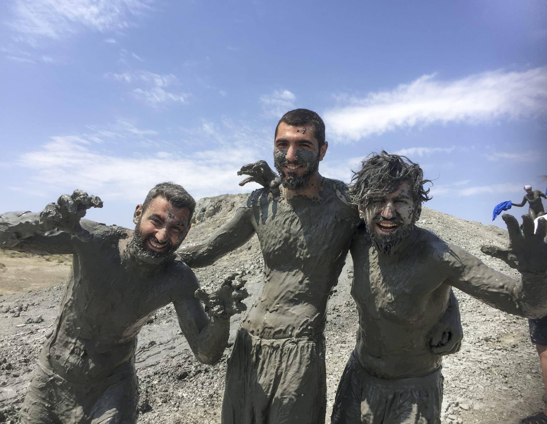 اجمع بين المتعة والخصائص العلاجية عبر الغطس في البراكين الطينية بأذربيجان