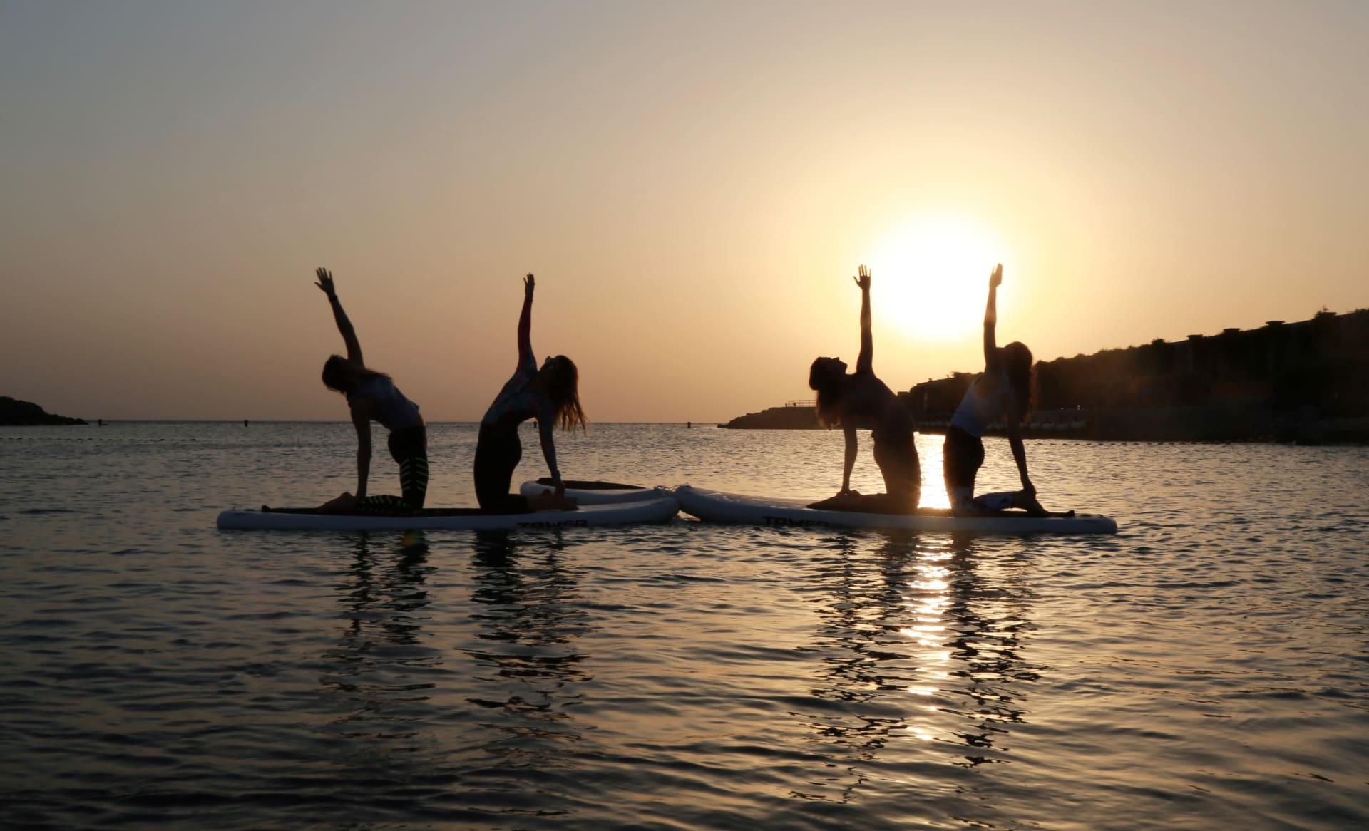 بهدف اللياقة.. نساء يتمايلن برشاقة على بساط منفوخ وسط مياه البحر بجدة