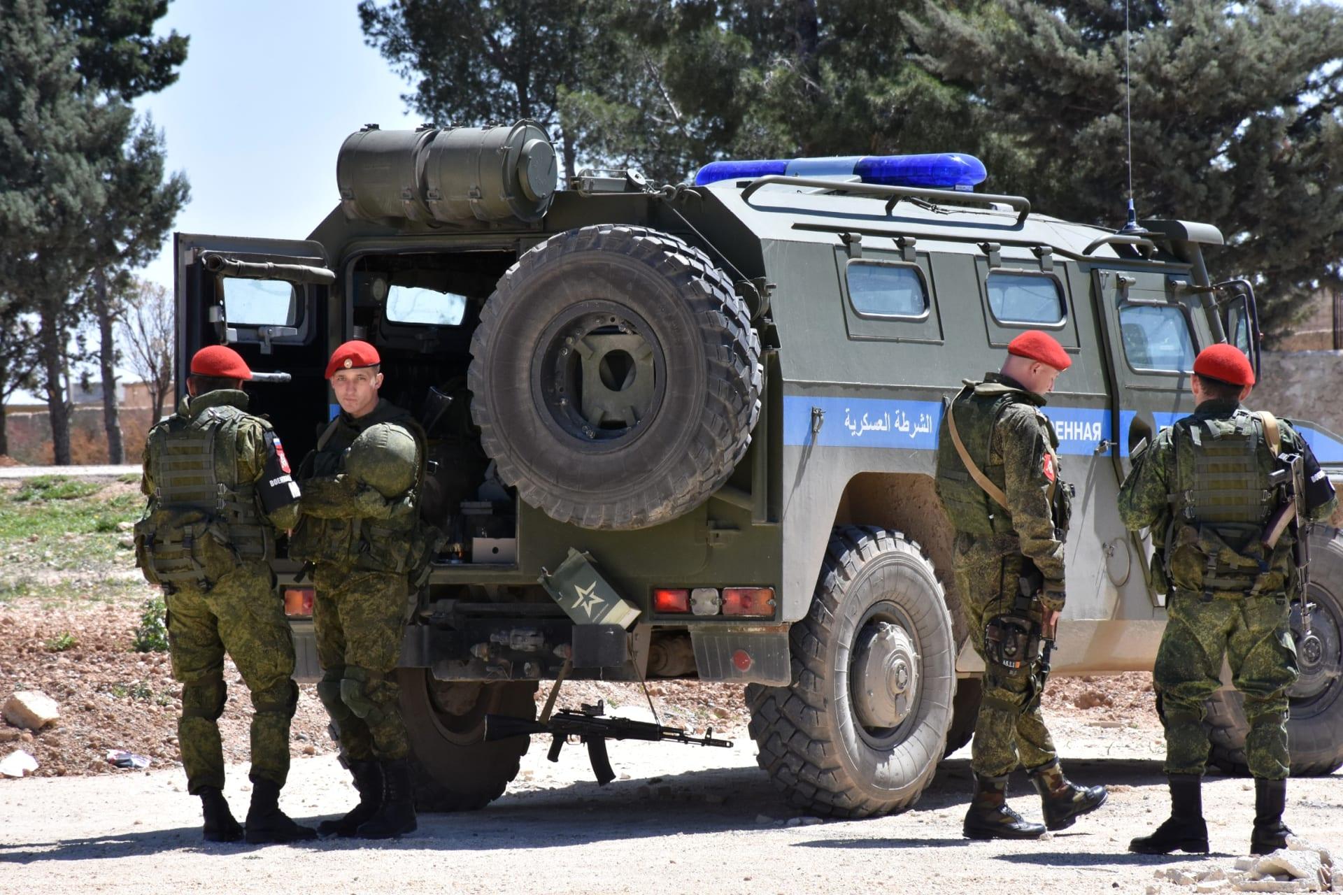 بعد قرار انسحاب أمريكا من سوريا.. روسيا والنظام يعززان قواتهما قرب منبج