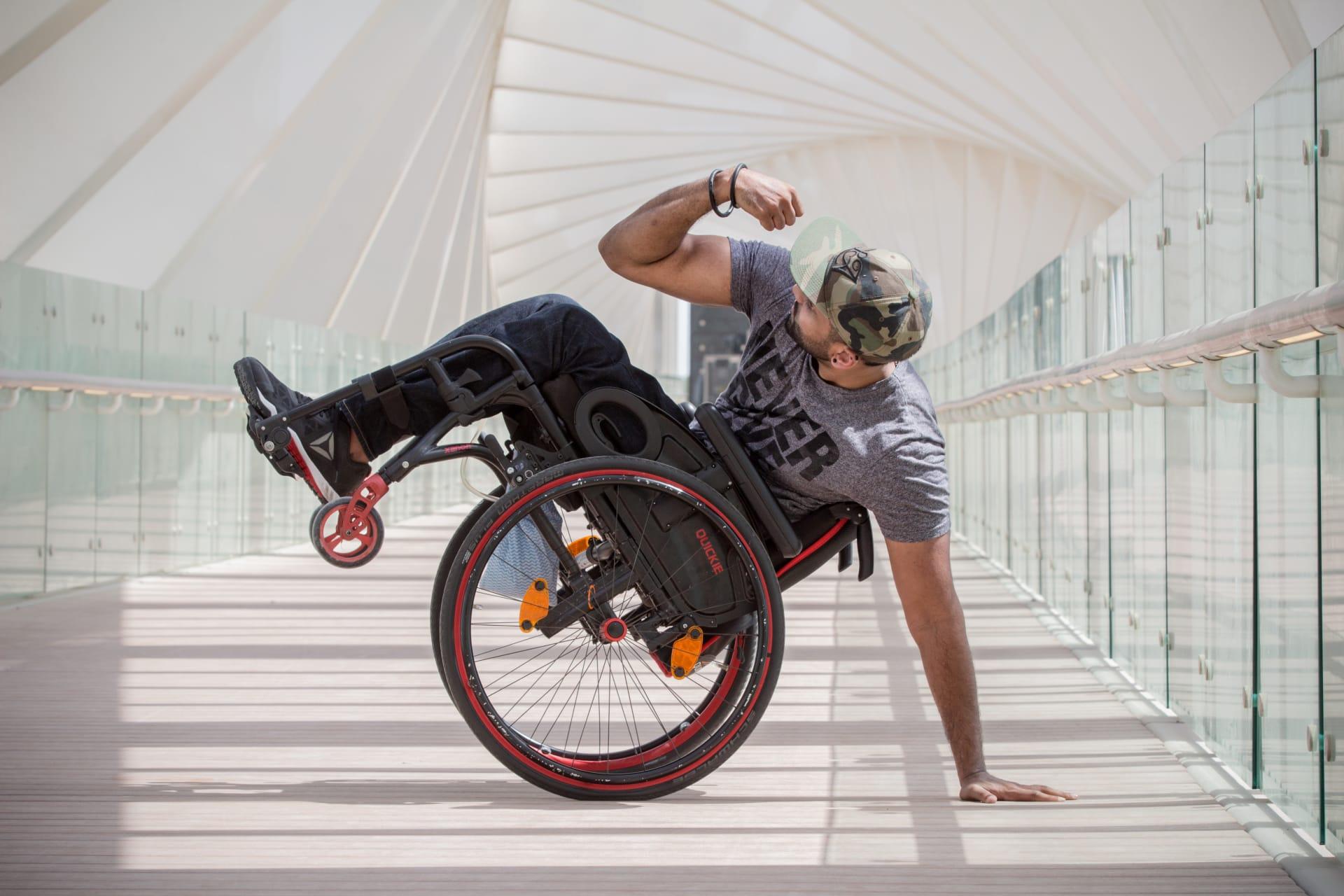 """مؤثر لياقة بدنية على كرسي متحرك.. كيف قام بالـ""""مستحيل""""؟"""
