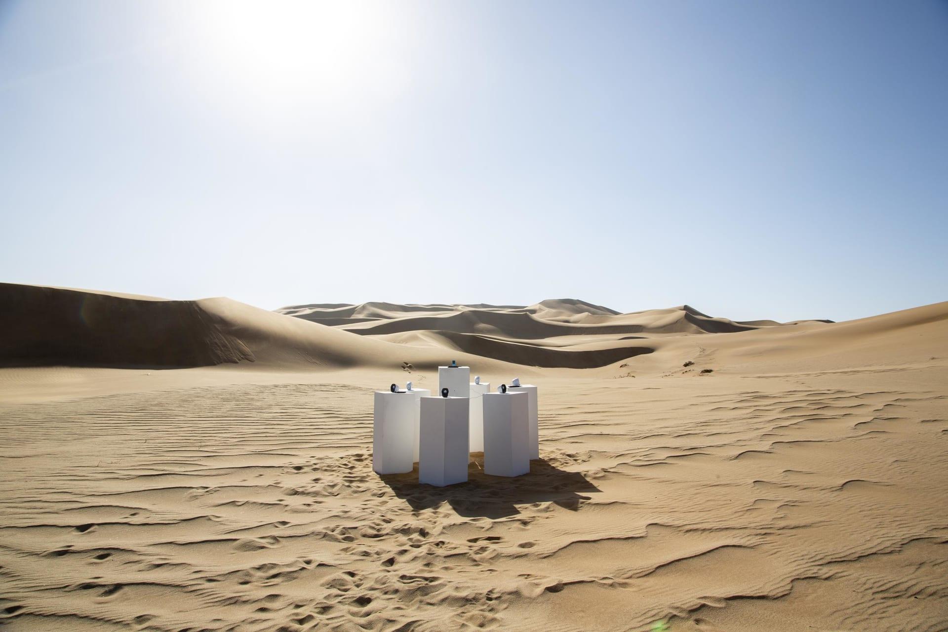 """يخلد فنان هذه الأغنية الشهيرة عبر تشغيلها وسط صحراء ناميبيا """"للأبد"""""""