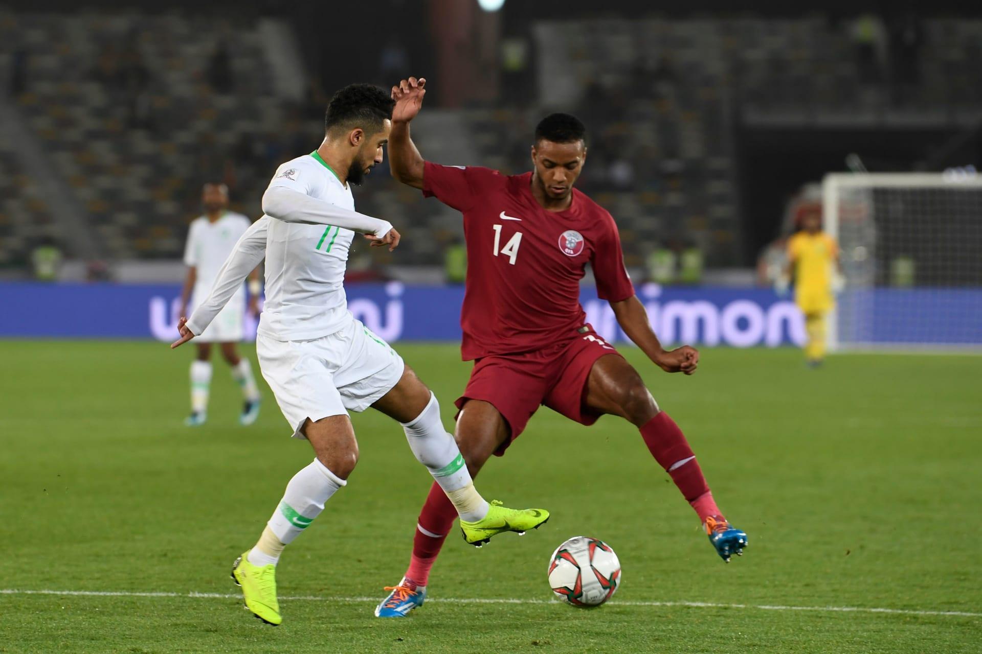 """مشاهد من كأس آسيا.. """"روح رياضية"""" بين لاعبي السعودية وقطر وإنذار يقصي لبنان"""