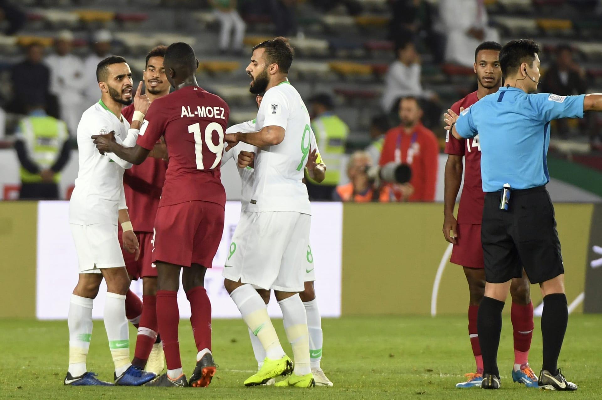 من النشيد إلى الجمهور العٌماني.. أحداث أثارت الجدل في مباراة السعودية وقطر